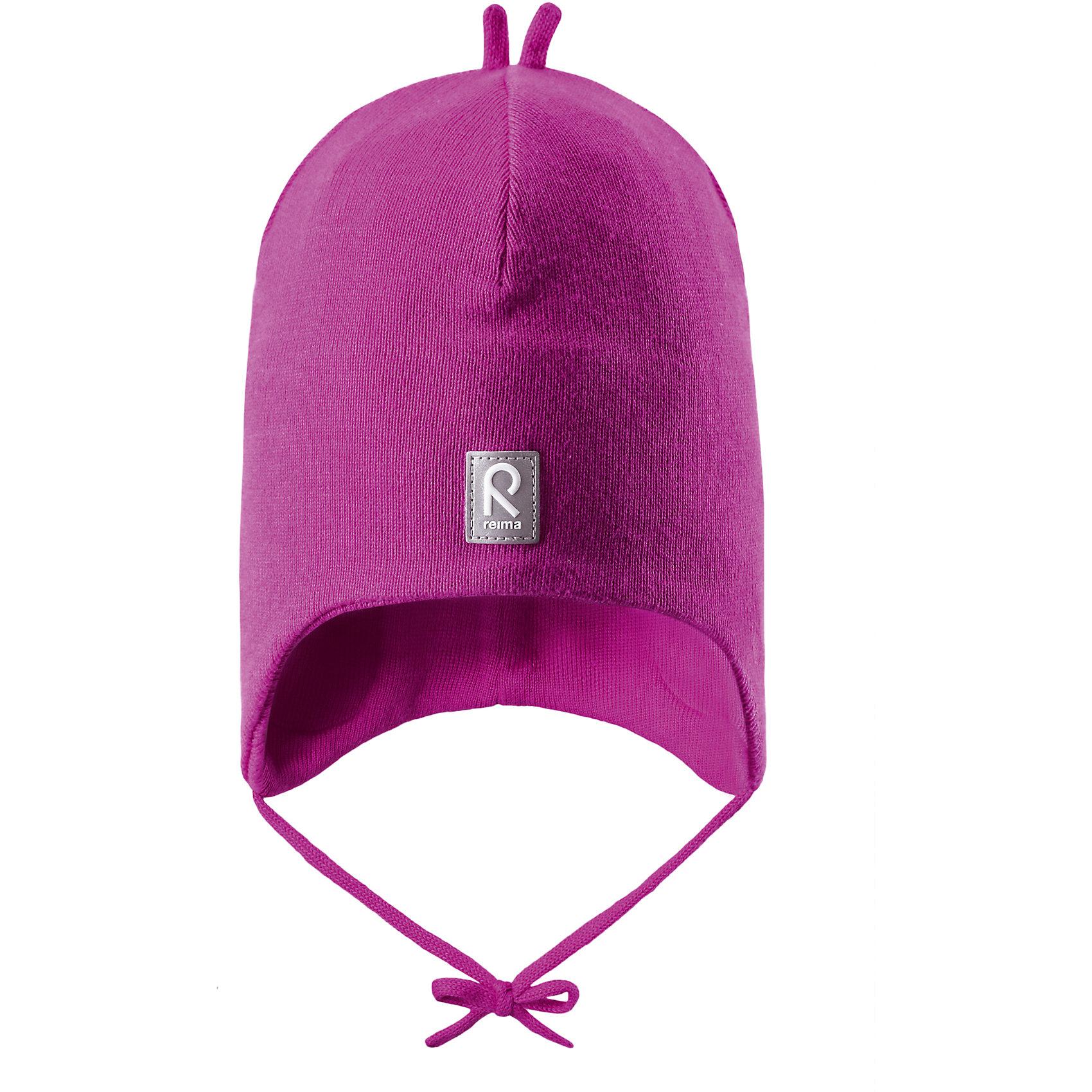 Шапка для девочки ReimaШапки и шарфы<br>Эта вязанная хлопчатобумажная шапочка для малышей подходит на все случаи жизни. Классический дизайн позволяет удачно сочетать ее с различными вариантами одежды. Подкладка на половину головы из хлопчатобумажного трикотажа гарантирует тепло, а ветронепроницаемые вставки между верхним слоем и подкладкой защищают уши. Светоотражающие детали тоже добавят немного безопасности.<br><br>Дополнительная информация:<br><br>Шапка «Бини» для малышей<br>Эластичная хлопчатобумажная ткань<br>Ветронепроницаемые вставки в области ушей<br>Частичная подкладка: хлопчатобумажная ткань<br>Светоотражающий элемент спереди<br>Состав:<br>100% хлопок<br>Уход:<br>Стирать по отдельности, вывернув наизнанку. Придать первоначальную форму вo влажном виде. Возможна усадка 5 %.<br><br>Ширина мм: 89<br>Глубина мм: 117<br>Высота мм: 44<br>Вес г: 155<br>Цвет: розовый<br>Возраст от месяцев: 9<br>Возраст до месяцев: 12<br>Пол: Женский<br>Возраст: Детский<br>Размер: 52,46,50,48<br>SKU: 4496935