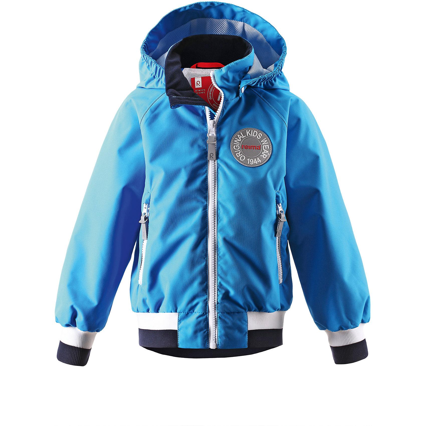Куртка для мальчика ReimaК весне готовы? Вот самая крутая куртка сезона! Мы создали эту детскую демисезонную куртку в духе одежды Reima® 70-х и завершили образ современными спортивными штрихами. Стильные, но при этом практичные детали делают эту модель очень оригинальной: манжеты и подол на резинке обеспечивают удобную посадку по фигуре, а большая эмблема Reima® спереди придает куртке классный вид. Материал куртки водо-и грязеотталкивающий, а все основные швы проклеены, водонепроницаемы, поэтому малыши могут на полную наслаждаться весенними приключениями! Красивая и гладкая подкладка из mesh-сетки увеличивает воздухопроводимость и хорошо смотрится. Безопасный съемный капюшон легко отстегивается, если случайно за что-нибудь зацепится, а два удобных кармана на молнии надежно сохранят все найденные за день маленькие сокровища. Вот что значит «весело и практично»!<br><br>Дополнительная информация:<br><br>Куртка демисезонная для детей<br>Основные швы проклеены и не пропускают влагу<br>Водоотталкивающий, ветронепроницаемый, «дышащий» и грязеотталкивающий материал<br>Подкладка из mesh-сетки<br>Безопасный, съемный капюшон<br>Приятная на ощупь резинка на манжетах и подоле<br>Два кармана на молнии<br>Состав:<br>100% ПЭ, ПУ-покрытие<br>Уход:<br>Стирать по отдельности, вывернув наизнанку. Застегнуть молнии и липучки. Стирать моющим средством, не содержащим отбеливающие вещества. Полоскать без специального средства. Во избежание изменения цвета изделие необходимо вынуть из стиральной машинки незамедлительно после окончания программы стирки. Сушить при низкой температуре.<br><br>Ширина мм: 356<br>Глубина мм: 10<br>Высота мм: 245<br>Вес г: 519<br>Цвет: голубой<br>Возраст от месяцев: 36<br>Возраст до месяцев: 48<br>Пол: Мужской<br>Возраст: Детский<br>Размер: 104,122,116,110,98,92<br>SKU: 4497317