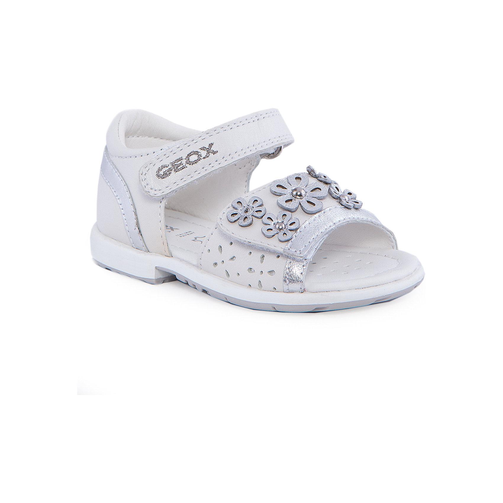 Босоножки для девочки GEOXБосоножки для девочки от популярной марки GEOX (Геокс).<br><br>Блестящие легкие босоножки - отличная обувь для нового летнего сезона. Эта модель создана специально для девочек, она очень стильно и оригинально смотрится.<br>Производитель обуви заботится не только о внешнем виде, но и стабильно высоком качестве продукции. GEOX (Геокс) разработал специальную высокотехнологичную стельку. Вся обувь делается только из качественных и надежных материалов.<br><br>Отличительные особенности модели:<br><br>- цвет: белый;<br>- декорирована аппликацией, блестящими вставками и вышивкой;<br>- гибкая прочная подошва;<br>- мягкий и легкий верх;<br>- защита пятки;<br>- стильный дизайн;<br>- анатомическая стелька;<br>- удобные застежки - липучки;<br>- комфортное облегание.<br><br>Дополнительная информация:<br><br>- Сезон: весна/лето.<br><br>- Состав:<br><br>материал верха: натуральная кожа;<br>стелька: натуральная кожа;<br>подошва: полимер.<br><br>Босоножки для девочки GEOX (Геокс) можно купить в нашем магазине.<br><br>Ширина мм: 219<br>Глубина мм: 154<br>Высота мм: 121<br>Вес г: 343<br>Цвет: белый<br>Возраст от месяцев: 18<br>Возраст до месяцев: 21<br>Пол: Женский<br>Возраст: Детский<br>Размер: 23,25,26,27,22,24<br>SKU: 4518900