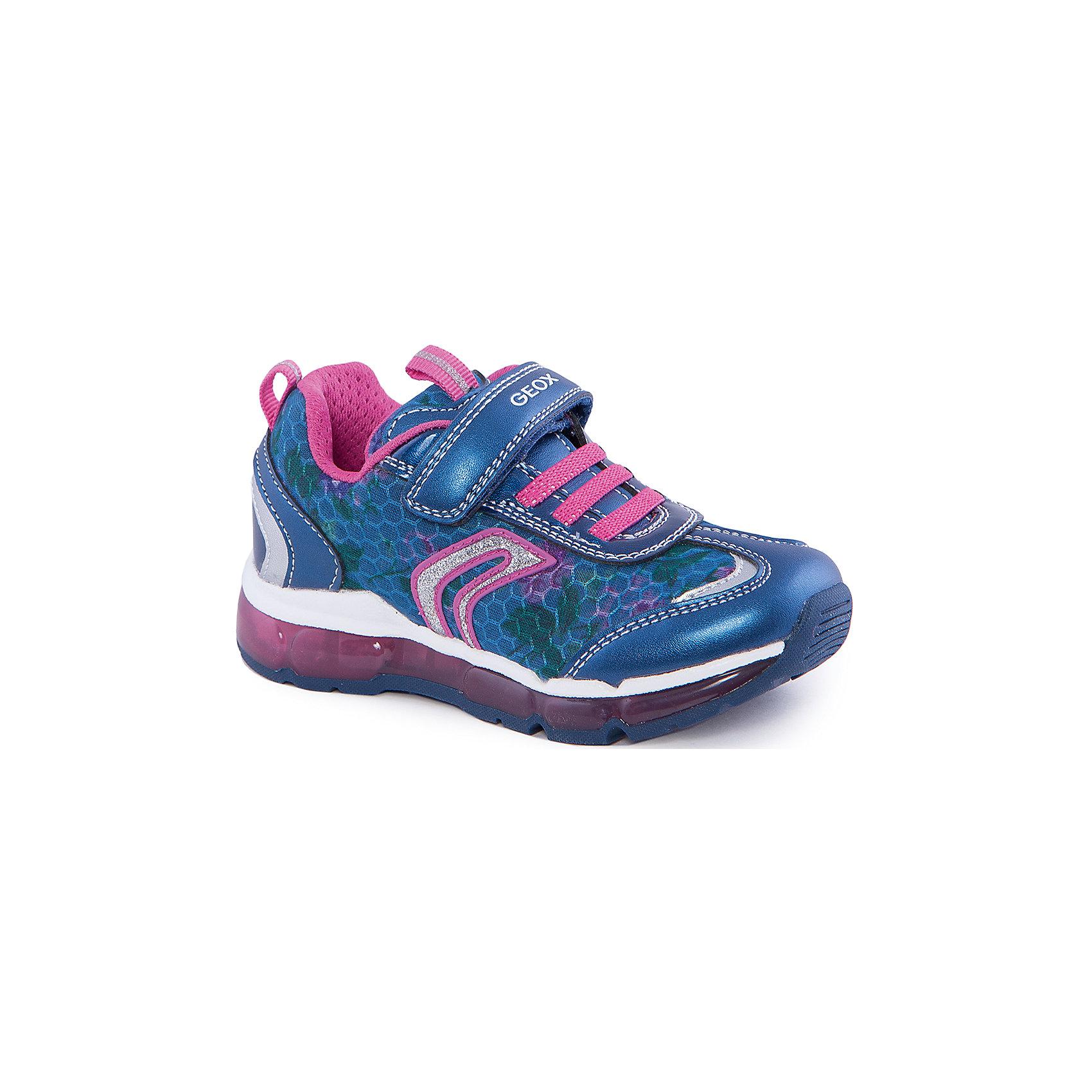Кроссовки со светодиодами для девочки GEOXКроссовки для девочки от популярной марки GEOX (Геокс).<br><br>Модные легкие кроссовки - отличная обувь для нового весеннего сезона. Модель очень стильно и оригинально смотрится.<br>Производитель обуви заботится не только о внешнем виде, но и стабильно высоком качестве продукции. GEOX (Геокс) разработал специальную дышащую подошву, которая не пропускает влагу внутрь, а также высокотехнологичную стельку.<br><br>Отличительные особенности модели:<br><br>- цвет: синий;<br>- декорированы белыми и розовыми элементами;<br>- гибкая водоотталкивающая подошва с дышащей мембраной;<br>- мягкий и легкий верх;<br>- защита пальцев и пятки;<br>- стильный дизайн;<br>- удобная застежка-липучка и шнуровка;<br>- комфортное облегание;<br>- верх обуви и подкладка сделаны без использования хрома.<br><br>Дополнительная информация:<br><br>- Температурный режим: от +10° С до 25° С.<br><br>- Состав:<br><br>материал верха: текстиль, синтетический материал<br>материал подкладки: текстиль<br>подошва: 100% резина<br><br>Кроссовки для девочки GEOX (Геокс) (Геокс) можно купить в нашем магазине.<br><br>Ширина мм: 250<br>Глубина мм: 150<br>Высота мм: 150<br>Вес г: 250<br>Цвет: синий<br>Возраст от месяцев: 60<br>Возраст до месяцев: 72<br>Пол: Женский<br>Возраст: Детский<br>Размер: 29,26,33,34,27,28,30,31,32<br>SKU: 4519170