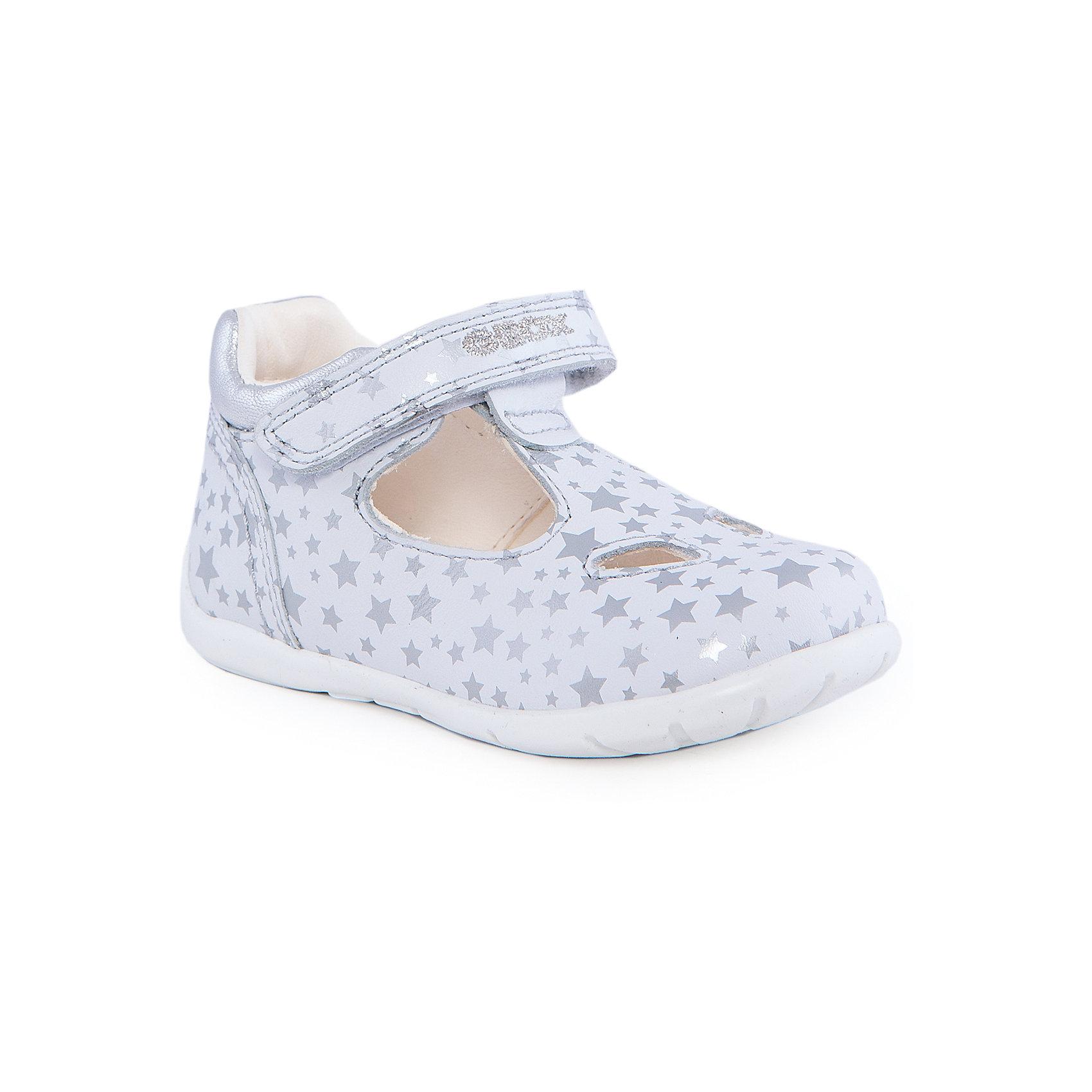 Босоножки для девочки GEOXБосоножки для девочки от популярной марки GEOX (Геокс).<br><br>Модные блестящие босоножки - отличная обувь для нового летнего сезона. Эта модель создана специально для девочек, она очень стильно и оригинально смотрится.<br>Производитель обуви заботится не только о внешнем виде, но и стабильно высоком качестве продукции. GEOX (Геокс) разработал специальную высокотехнологичную стельку. Вся обувь делается только из качественных и надежных материалов.<br><br>Отличительные особенности модели:<br><br>- цвет: белый;<br>- декорирована серебристым принтом и вышивкой;<br>- гибкая прочная подошва;<br>- мягкий и легкий верх;<br>- защита пятки и пальцев;<br>- стильный дизайн;<br>- анатомическая стелька;<br>- удобные застежки - липучки;<br>- комфортное облегание.<br><br>Дополнительная информация:<br><br>- Сезон: весна/лето.<br><br>- Состав:<br><br>материал верха: натуральная кожа;<br>стелька: натуральная кожа;<br>подошва: полимер.<br><br>Босоножки для девочки GEOX (Геокс) можно купить в нашем магазине.<br><br>Ширина мм: 262<br>Глубина мм: 176<br>Высота мм: 97<br>Вес г: 427<br>Цвет: белый<br>Возраст от месяцев: 18<br>Возраст до месяцев: 21<br>Пол: Женский<br>Возраст: Детский<br>Размер: 23,24,22,25,21<br>SKU: 4519206