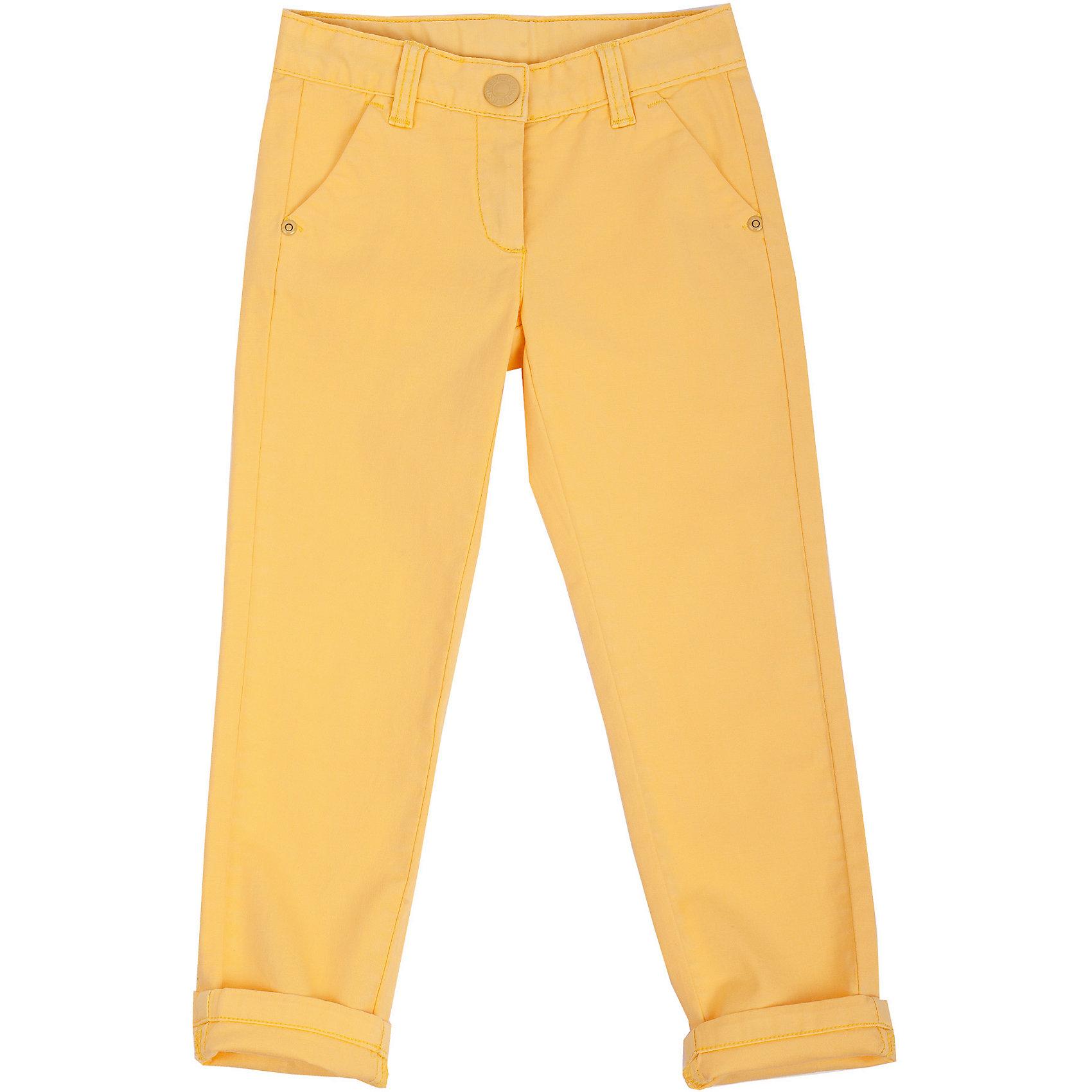 Брюки для девочки GulliverМодные брюки – незаменимая часть гардероба девочки. Выполненные из хлопка с эластаном, они сделают каждый день солнечным и комфортным! Если вы решили купить брюки, обратите внимание именно на эту модель! Яркий цвет, мягкость и удобство в носке позволят наслаждаться каждым летним днем. Желтые брюки для девочки - превосходный акцент модного весенне-летнего образа. С любым однотонным или орнаментальным верхом из коллекции Голубая стрекоза они составят отличный комплект!<br>Состав:<br>98% хлопок      2% эластан<br><br>Ширина мм: 215<br>Глубина мм: 88<br>Высота мм: 191<br>Вес г: 336<br>Цвет: желтый<br>Возраст от месяцев: 36<br>Возраст до месяцев: 48<br>Пол: Женский<br>Возраст: Детский<br>Размер: 104,98,116,110<br>SKU: 4534647
