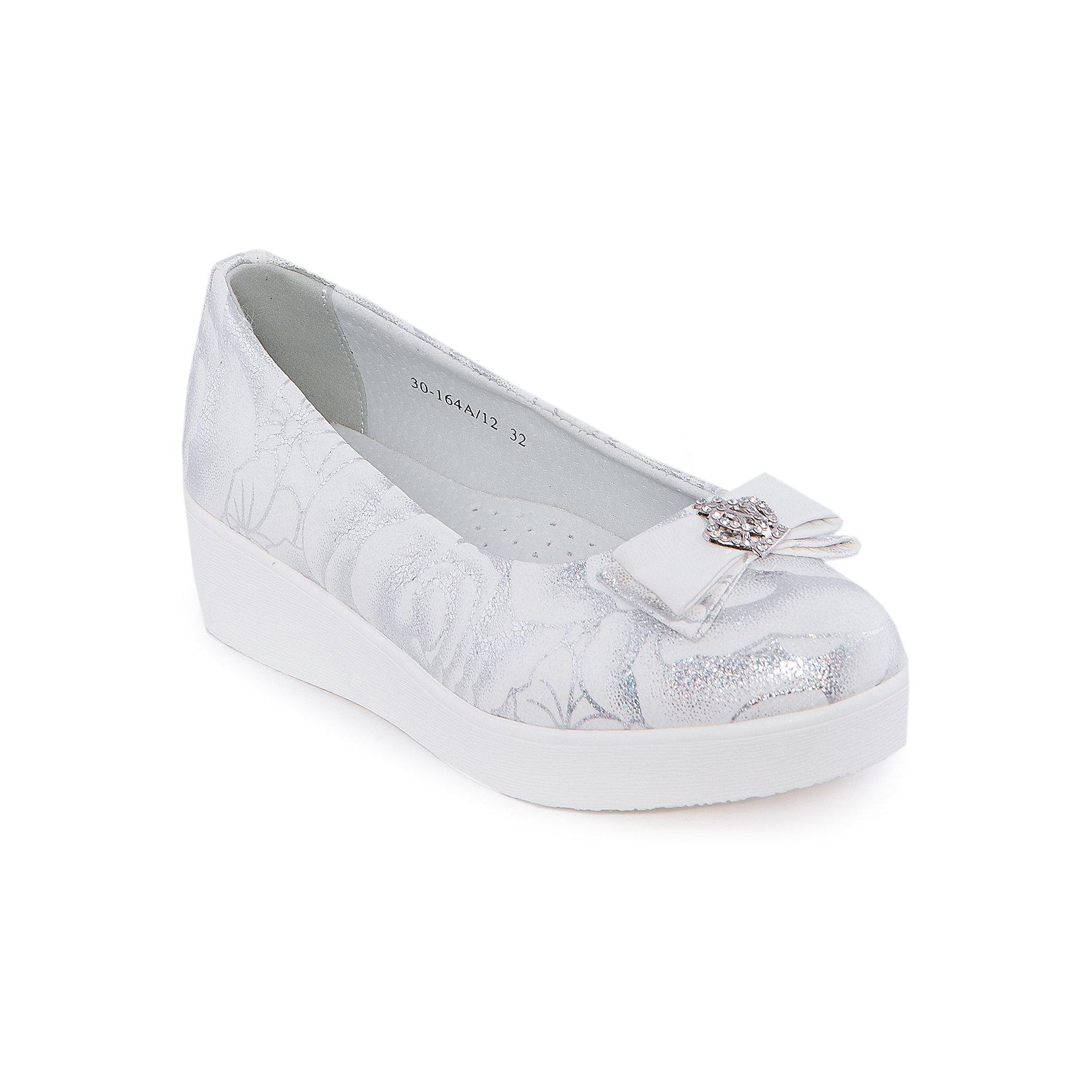 Туфли для девочки Indigo kidsОбувь<br>Туфли для девочки от известного бренда Indigo kids <br> <br>Изящные блестящие туфли отлично подойдут к праздничному наряду, а также они внесут яркую нотку в будничный ансамбль. Туфли легко надеваются, комфортно садятся по ноге, дают коже дышать. <br> <br>Особенности модели: <br> <br>- цвет: белый, серебристый; <br>- стильный дизайн; <br>- удобная колодка; <br>- небольшая подошва; <br>- подкладка из натуральной кожи; <br>- перфорация на подкладке, обеспечивающая вентиляцию; <br>- украшение - бант из кожи, стразы, принт; <br>- устойчивая нескользящая подошва; <br>- без застежки. <br> <br>Дополнительная информация: <br> <br>Состав: <br> <br>верх – искусственная кожа; <br>подкладка - натуральная кожа; <br>подошва - ТЭП. <br> <br>Туфли для девочки Indigo kids (Индиго Кидс) можно купить в нашем магазине.<br><br>Ширина мм: 227<br>Глубина мм: 145<br>Высота мм: 124<br>Вес г: 325<br>Цвет: белый<br>Возраст от месяцев: 156<br>Возраст до месяцев: 168<br>Пол: Женский<br>Возраст: Детский<br>Размер: 37,32,35,34,33,36<br>SKU: 4547754