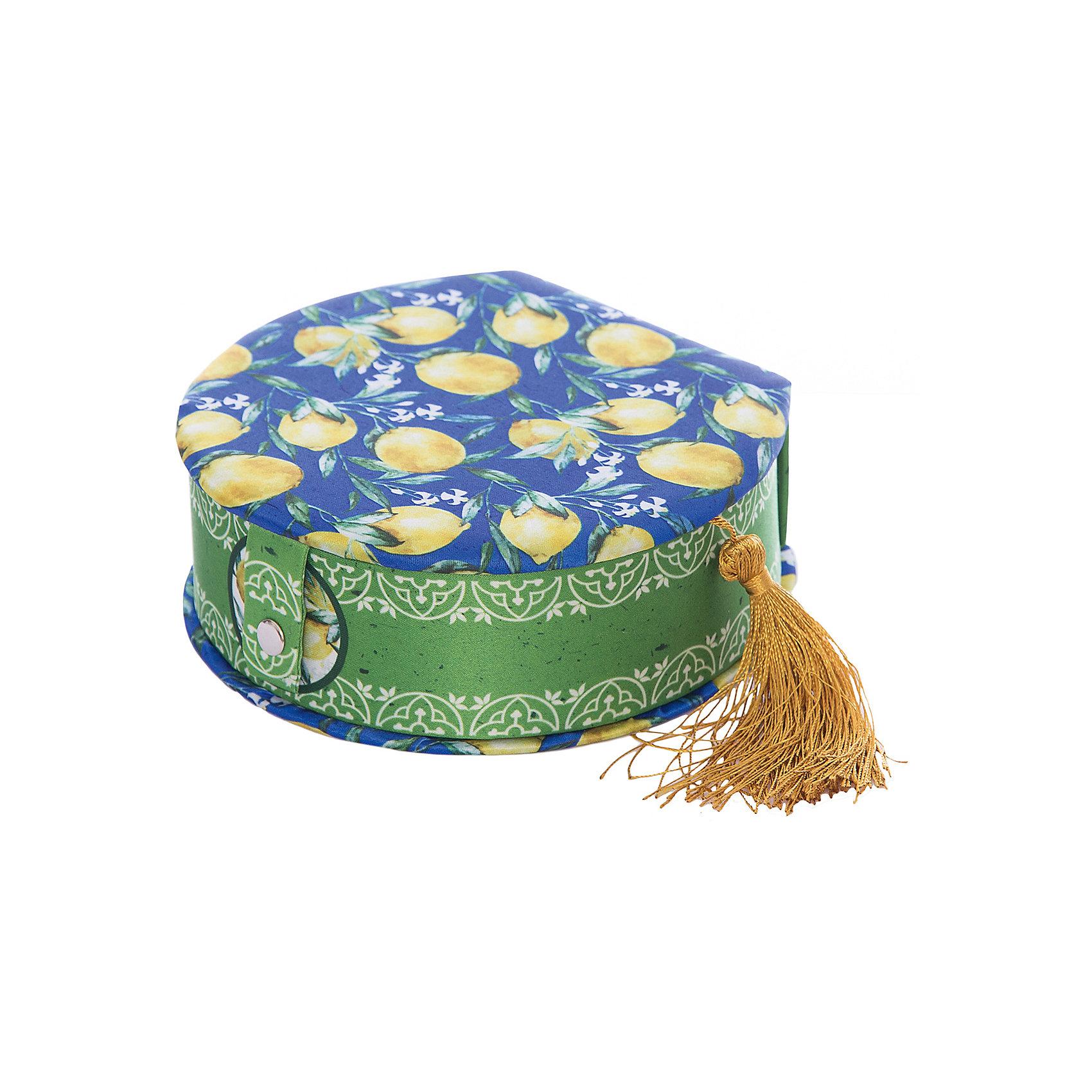Шкатулка Лимоны 17*16*5 смВсё для праздника<br>Эта милая шкатулка станет замечательным подарком на любой праздник. В ней ребенок сможет хранить различные мелочи - это не только украшение интерьера, но и практичный аксессуар, который поможет поддержать порядок и улучшить функциональную организацию пространства. Круглая шкатулка небольшого размера имеет яркую расцветку и оформлена изображением лимонов. <br><br>Дополнительная информация:<br><br>- Материал: картон, полиэстер.<br>- Размер: 17х16х5 см.<br><br>Шкатулку Лимоны 17х16х5 см. можно купить в нашем магазине.<br><br>Ширина мм: 170<br>Глубина мм: 160<br>Высота мм: 50<br>Вес г: 280<br>Возраст от месяцев: 36<br>Возраст до месяцев: 2147483647<br>Пол: Унисекс<br>Возраст: Детский<br>SKU: 4560518