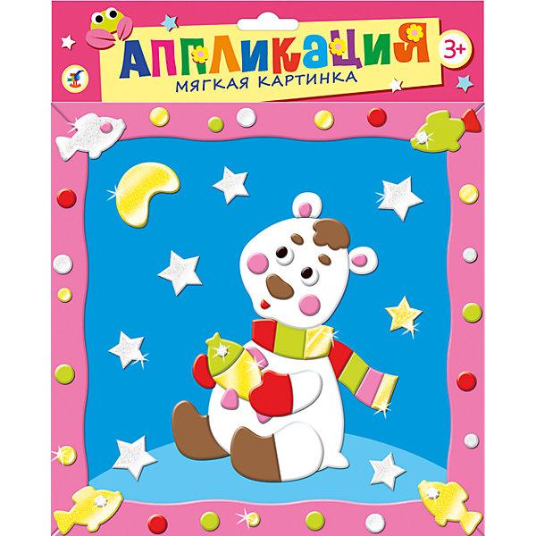Мягкая картинка с рамкой Белый мишкаБумага<br>Мягкая картинка с рамкой Белый мишка - увлекательный набор для детского творчества, который поможет Вашему ребенку без ножниц и клея сделать красивую картинку. Для начала работы нужно отобрать из комплекта детали, которые будут находиться в самом нижнем слое аппликации, затем, не вырезая, снять с них защитную пленку и вклеить в контур рисунка. Остальные части нужно наклеивать слоями, следуя образцу. Детали аппликации созданы из мягкого, приятного на ощупь материала EVA на клеевой основе, легко приклеиваются и прочно держатся. Итогом работы станет красочная аппликация с изображением забавного белого медвежонка в полосатом шарфике. Работа с аппликацией развивает у ребенка цветовое восприятие, образно-логическое мышление, пространственное воображение, внимание и память.<br><br>Дополнительная информация:<br><br>- В комплекте: цветная картинка-основа с рисунком, 6 пластин мягкого пластика ЭВА и 2 пластины блестящего пластика ЭВА на самоклеящейся основе, пластмассовые глазки.<br>- Размер картинки: 20 х 20 см.<br>- Размер упаковки: 21 х 21 х 0,5 см.<br>- Вес: 62 гр.<br><br>Мягкую картинку с рамкой Белый мишка, Дрофа Медиа, можно купить в нашем интернет-магазине.<br>Ширина мм: 205; Глубина мм: 205; Высота мм: 5; Вес г: 85; Возраст от месяцев: 36; Возраст до месяцев: 2147483647; Пол: Унисекс; Возраст: Детский; SKU: 4561844;