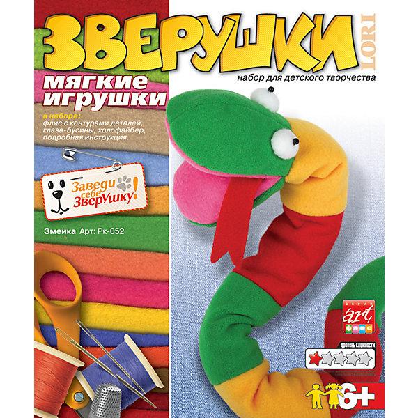 Игрушка своими руками ЗмейкаШитьё<br>Игрушка своими руками Змейка - увлекательный набор для детского творчества, который позволит самостоятельно изготовить симпатичную мягкую игрушку.<br>В наборе игрушка своими руками Змейка есть все необходимые материалы и подробная инструкция, техника пошива достаточно проста, раскрой максимально упрощен: контуры выкроек с припусками на швы уже нанесены на ткань. С этим набором маленькая рукодельница легко научиться шить и сама сможет изготовить забавную Змейку. Занятия набором способствуют развитию воображения, пространственного и образного мышления, совершенствуют навыки работы со швейными принадлежностями, учат ребенка простейшим операциям раскроя, закрепляют навыки выполнения особых видов швов. Изготовление мягкой игрушки прививает интерес к рукоделию, пробуждает активно использовать наработанные навыки ручного шитья в повседневной практике.<br><br>Дополнительная информация:<br><br>- В наборе: флис с контурами деталей, глаза-бусинки, холофайбер, подробная инструкция<br>- Размер упаковки: 38,5 х 23 х 26,5 см.<br>- Вес: 184 гр.<br><br>Набор Игрушка своими руками Змейка можно купить в нашем интернет-магазине.<br><br>Ширина мм: 385<br>Глубина мм: 230<br>Высота мм: 265<br>Вес г: 184<br>Возраст от месяцев: 72<br>Возраст до месяцев: 108<br>Пол: Унисекс<br>Возраст: Детский<br>SKU: 4562582