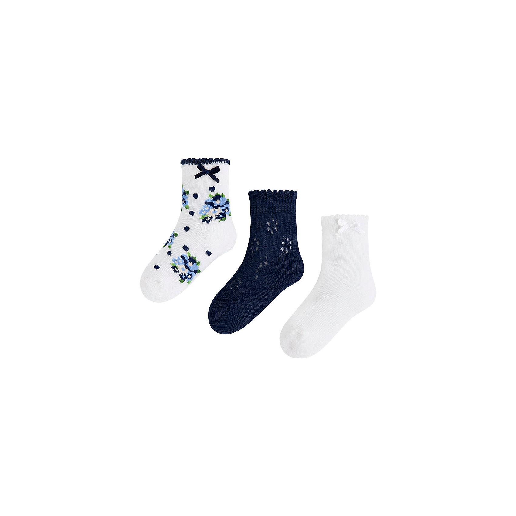 Носки для девочки, 3 пары MayoralНоски для девочки, 3 пары, от испанской марки Mayoral выполнены из мягкого трикотажного материала, хорошо облегают ногу.<br><br>Дополнительная информация:<br><br>- Мягкая трикотажная ткань.<br>- 3 дизайна, декорированные атласными бантиками:<br>- однотонные белые; <br>- с цветочным принтом;<br>- розовые с вязаным декором. <br>- Состав: 72% хлопок, 25% полиамид, 3% эластан.<br><br>Носки, 3 пары, для девочки Mayoral (Майорал) можно купить в нашем магазине.<br><br>Ширина мм: 162<br>Глубина мм: 171<br>Высота мм: 55<br>Вес г: 119<br>Цвет: синий<br>Возраст от месяцев: 18<br>Возраст до месяцев: 24<br>Пол: Женский<br>Возраст: Детский<br>Размер: 2,8,4,6<br>SKU: 4563631