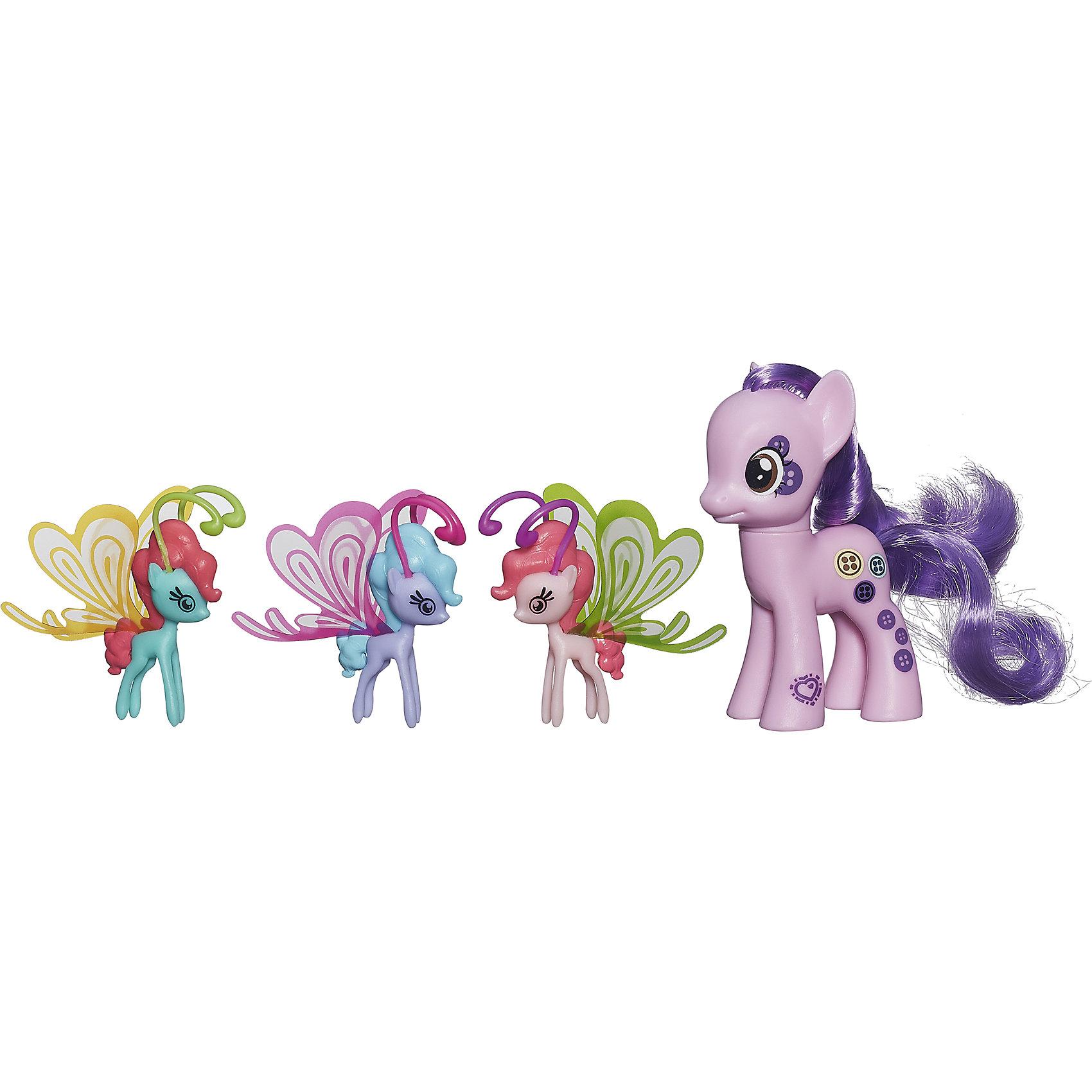 Пони Делюкс с волшебными крыльями, My little Pony,  B3015/B0358Игрушки<br>Очаровательные героини известного мультсериала Мой маленький Пони приведут в восторг всех девочек. В наборе - фигурка пони с пушистой гривой и три маленькие пони с крылышками. Теперь любимые лошадки смогут играть не только на земле, но и в воздухе. Игрушки выполнены из высококачественного экологичного пластика с применением гипоаллергенных красителей безопасных для детей. <br><br>Дополнительная информация:<br><br>- Материал: пластик.<br>- Размер: 20х17х4 см.<br>- Высота пони: 8 см.<br>- Высота крылатых пони: 4,5 см.<br>- Комплектация: 4 фигурки пони - большая пони, 3 маленьких пони с крылышками. <br><br>Пони Делюкс с волшебными крыльями, My little Pony (Май литл Пони),  можно купить в нашем магазине.<br><br>Ширина мм: 44<br>Глубина мм: 203<br>Высота мм: 197<br>Вес г: 350<br>Возраст от месяцев: 36<br>Возраст до месяцев: 72<br>Пол: Женский<br>Возраст: Детский<br>SKU: 4563923
