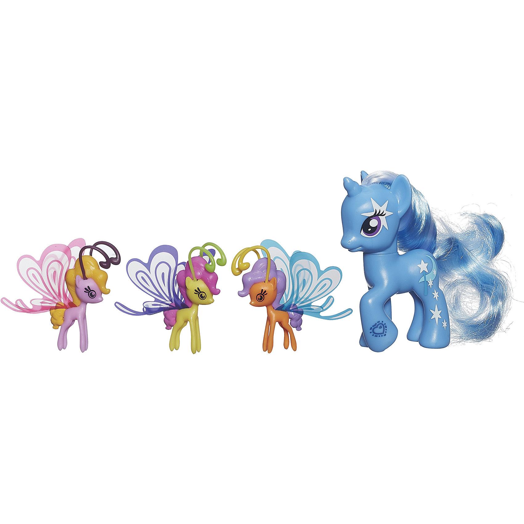 Пони Делюкс с волшебными крыльями, My little Pony,  B3016/B0358Очаровательные героини известного мультсериала Мой маленький Пони приведут в восторг всех девочек. В наборе - фигурка пони с пушистой гривой и три маленькие пони с крылышками. Теперь любимые лошадки смогут играть не только на земле, но и в воздухе. Игрушки выполнены из высококачественного экологичного пластика с применением гипоаллергенных красителей безопасных для детей. <br><br>Дополнительная информация:<br><br>- Материал: пластик.<br>- Размер: 20х17х4 см.<br>- Высота пони: 8 см.<br>- Высота крылатых пони: 4,5 см.<br>- Комплектация: 4 фигурки пони - большая пони, 3 маленьких пони с крылышками. <br><br>Пони Делюкс с волшебными крыльями, My little Pony (Май литл Пони),   можно купить в нашем магазине.<br><br>Ширина мм: 44<br>Глубина мм: 203<br>Высота мм: 197<br>Вес г: 350<br>Возраст от месяцев: 36<br>Возраст до месяцев: 72<br>Пол: Женский<br>Возраст: Детский<br>SKU: 4563924
