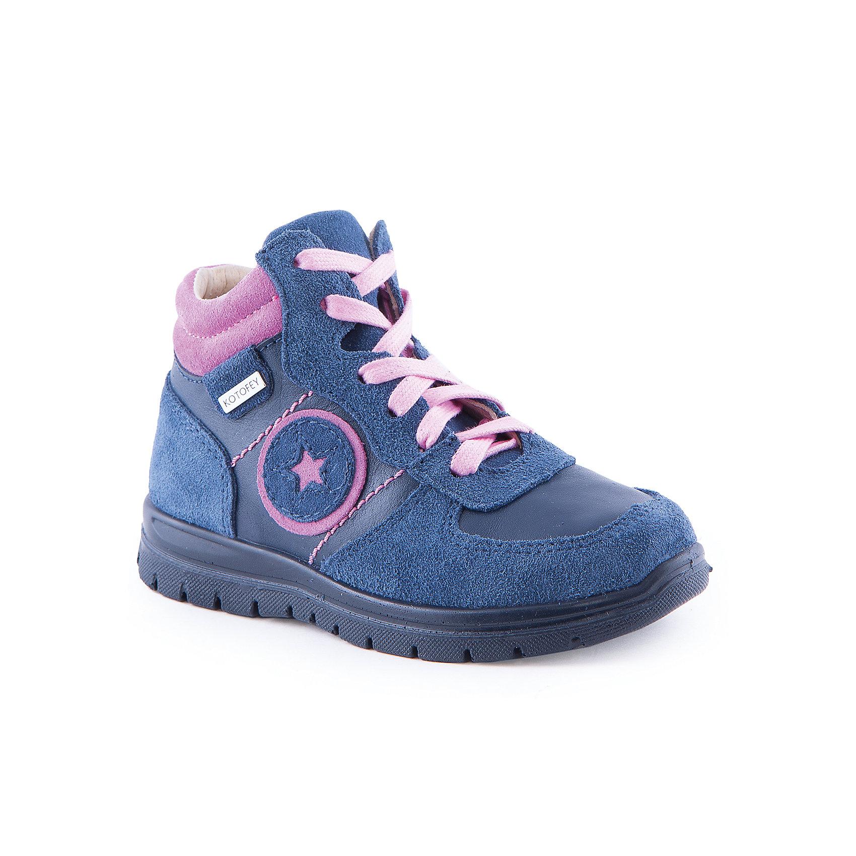 Ботинки для девочки КотофейБотинки для девочки от известного российского бренда Котофей<br><br>Синие модные ботинки на байке помогут защитить детские ножки от сырости и холода. Они легко надеваются, комфортно садятся по ноге. <br>Изделия украшены контрастной вставкой, она плотно прилегает к ноге и обеспечивает дополнительное утепление. Помимо яркой шнуровки, на ботинках есть удобная боковая молния.<br><br>Особенности модели:<br><br>- цвет - синий;<br>- молния сбоку;<br>- яркая вставка;<br>- верх – натуральная кожа;<br>- комфортная колодка;<br>- подкладка из кожи;<br>- вид крепления – литьевой;<br>- декорированы аппликацией;<br>- защита пятки и пальцев;<br>- амортизирующая устойчивая подошва;<br>- шнуровка.<br><br>Дополнительная информация:<br><br>Температурный режим:<br><br>от +5° С до +20° С<br><br>Состав:<br>верх – натуральная кожа;<br>подкладка - натуральная кожа;<br>подошва - ПУ.<br><br>Ботинки для девочки Котофей можно купить в нашем магазине.<br><br>Ширина мм: 262<br>Глубина мм: 176<br>Высота мм: 97<br>Вес г: 427<br>Цвет: синий<br>Возраст от месяцев: 48<br>Возраст до месяцев: 60<br>Пол: Женский<br>Возраст: Детский<br>Размер: 28,29,30,27<br>SKU: 4565697