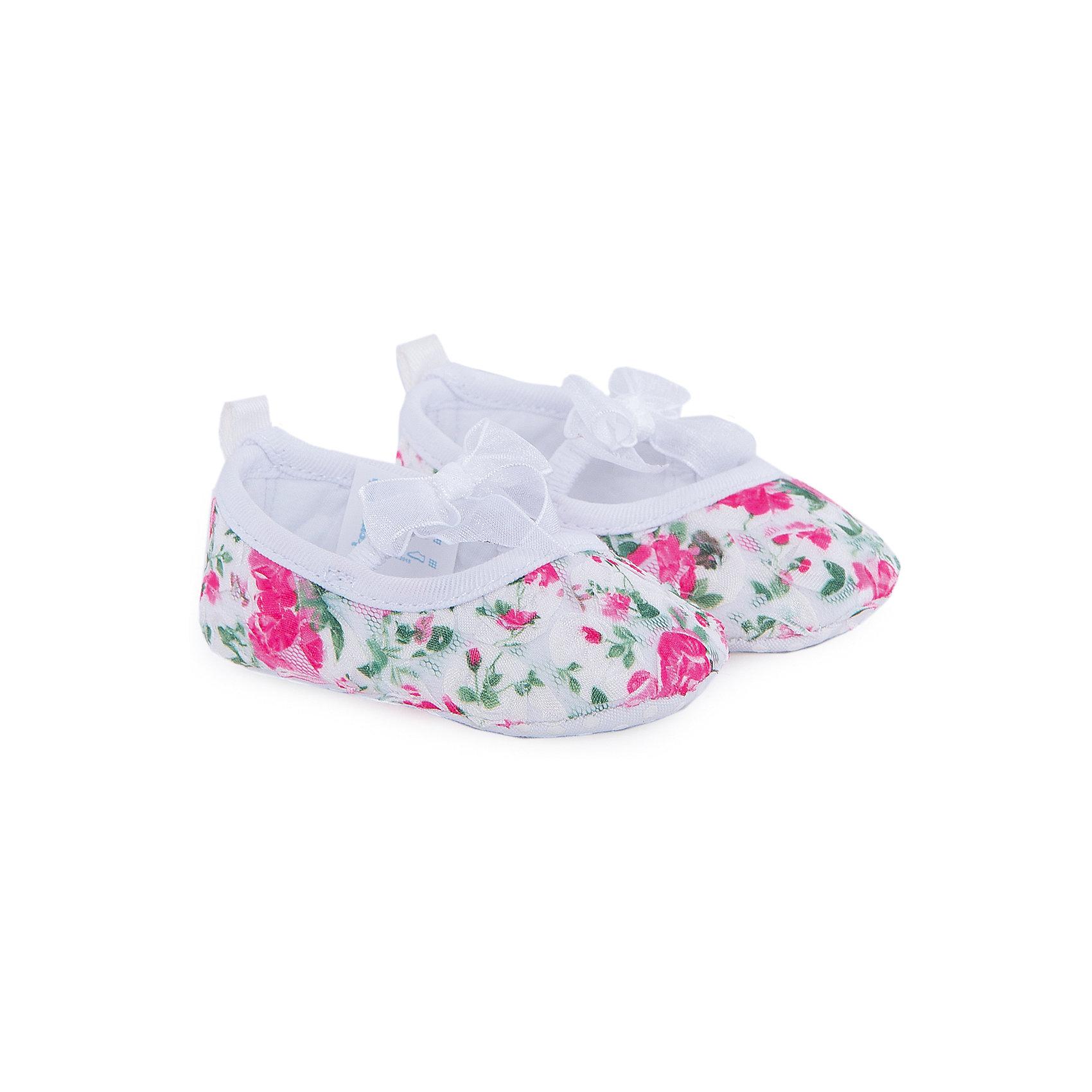 Пинетки для девочки КотофейПинетки для девочки от известного российского бренда Котофей <br><br>Красивые пинетки сделаны из материала, обеспечивающего воздухопроницаемость и вентиляцию ноги. <br>Специальная подошва позволяет избегать скольжения практически на любой поверхности.<br><br>Особенности модели:<br><br>- цвет: розовый, белый;<br>- нескользящая подошва;<br>- декорированы принтом и бантом;<br>- вид крепления обуви: выворотный;<br>- качественные материалы;<br>- модный дизайн.<br><br><br>Дополнительная информация:<br><br>Состав: <br><br>верх - текстиль;<br>подкладка - текстиль;<br>подошва - текстиль.<br><br>Пинетки для девочки Котофей можно купить в нашем магазине.<br><br>Ширина мм: 152<br>Глубина мм: 126<br>Высота мм: 93<br>Вес г: 242<br>Цвет: белый<br>Возраст от месяцев: 0<br>Возраст до месяцев: 5<br>Пол: Женский<br>Возраст: Детский<br>Размер: 17,18,16,19<br>SKU: 4565786