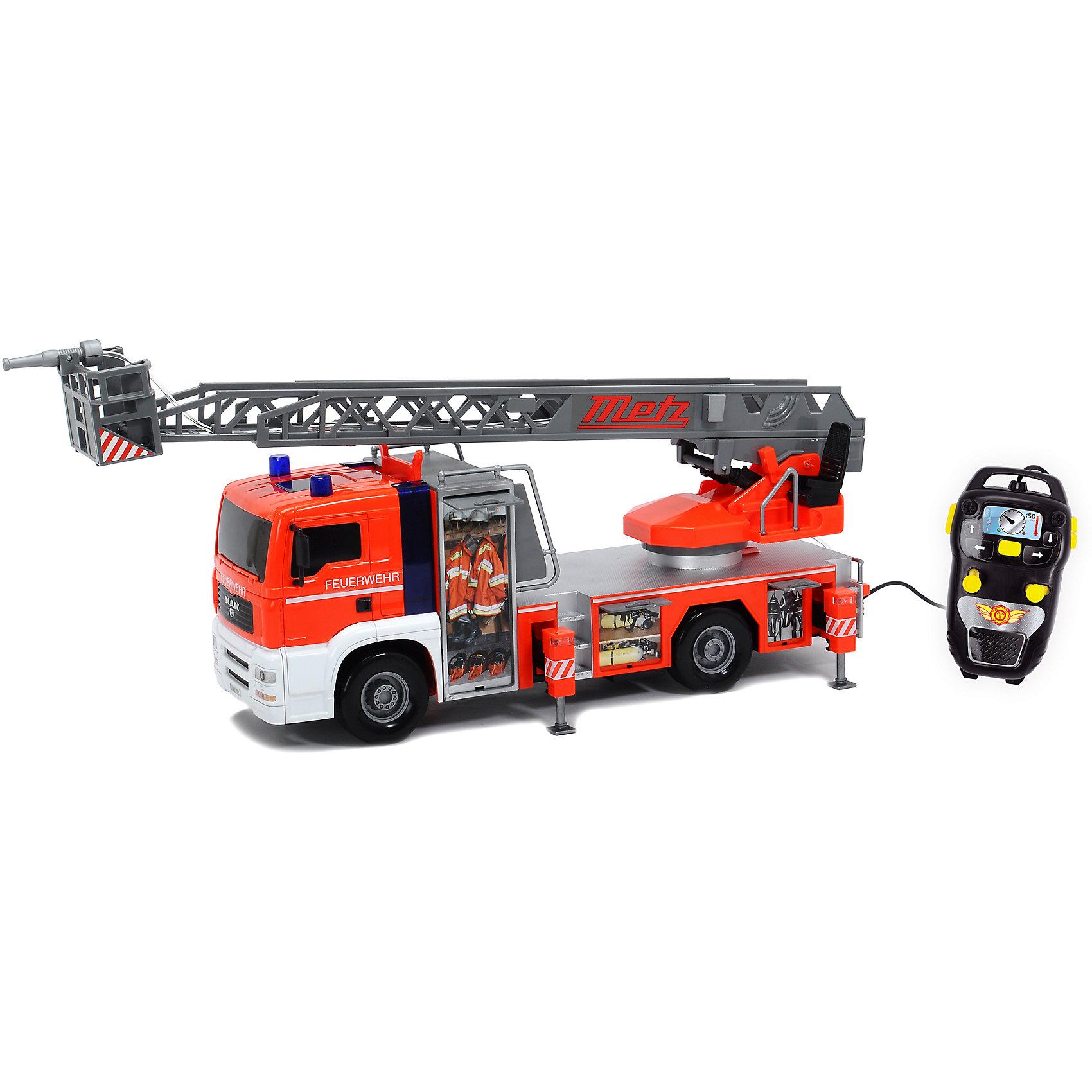 Пожарная машина на д/у, DickieВ такой замечательной машиной ваш ребенок сможет почувствовать себя настоящим пожарным! Машина с подвижными колесами оснащена звуком  пожарной сирены и мигалками. Наверху располагается подвижная лестница с площадкой и брандспойтом, который имеет функцию разбрызгивания воды. Пожарная машина выполнена из высококачественного пластика, с применением экологичных нетоксичных красителей. Управляется с пульта дистанционного управления. <br><br>Дополнительная информация:<br><br>- Материал: пластик, металл.<br>- Размер: 50 см.<br>- Подвижные колеса.<br>- Подвижная пожарная вышка. <br>- Функция разбрызгивания воды.<br>- Управляется с пульта ДУ.<br>- Световые, звуковые эффекты.<br>- Элемент питания: 4 АА батарейки (в комплекте).<br><br>Пожарную машину на д/у, Dickie (Дикки), можно купить в нашем магазине.<br><br>Ширина мм: 590<br>Глубина мм: 260<br>Высота мм: 170<br>Вес г: 2300<br>Возраст от месяцев: 36<br>Возраст до месяцев: 84<br>Пол: Мужской<br>Возраст: Детский<br>SKU: 4582752