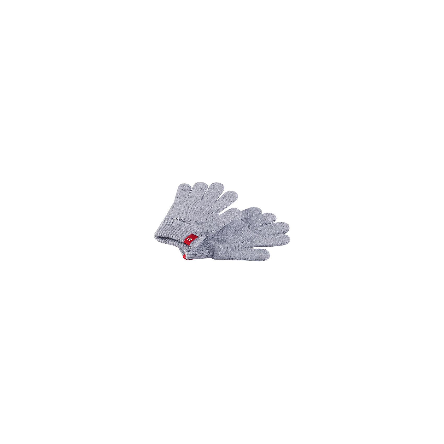 Перчатки  ReimaПерчатки, варежки<br>Перчаток не может быть слишком много! Эти перчатки для малышей и детей постарше выполнены из эластичного хлопчатобумажного трикотажа, дающего ощущение легкости и комфорта поздней весной и ранней осенью. Эти перчатки также идеальный вариант под водонепроницаемые варежки и перчатки. Изготовлены из хлопчатобумажного трикотажа высокого качества и легко стираются в стиральной машине. <br>Состав:<br>80% Хлопок, 20% эластан.<br>Уход:<br>Стирать по отдельности, вывернув наизнанку. Полоскать без специального средства. Придать первоначальную форму вo влажном виде. Возможна усадка 5 %<br><br>Ширина мм: 162<br>Глубина мм: 171<br>Высота мм: 55<br>Вес г: 119<br>Цвет: серый<br>Возраст от месяцев: 96<br>Возраст до месяцев: 144<br>Пол: Унисекс<br>Возраст: Детский<br>Размер: 7,5,3,1<br>SKU: 4601462