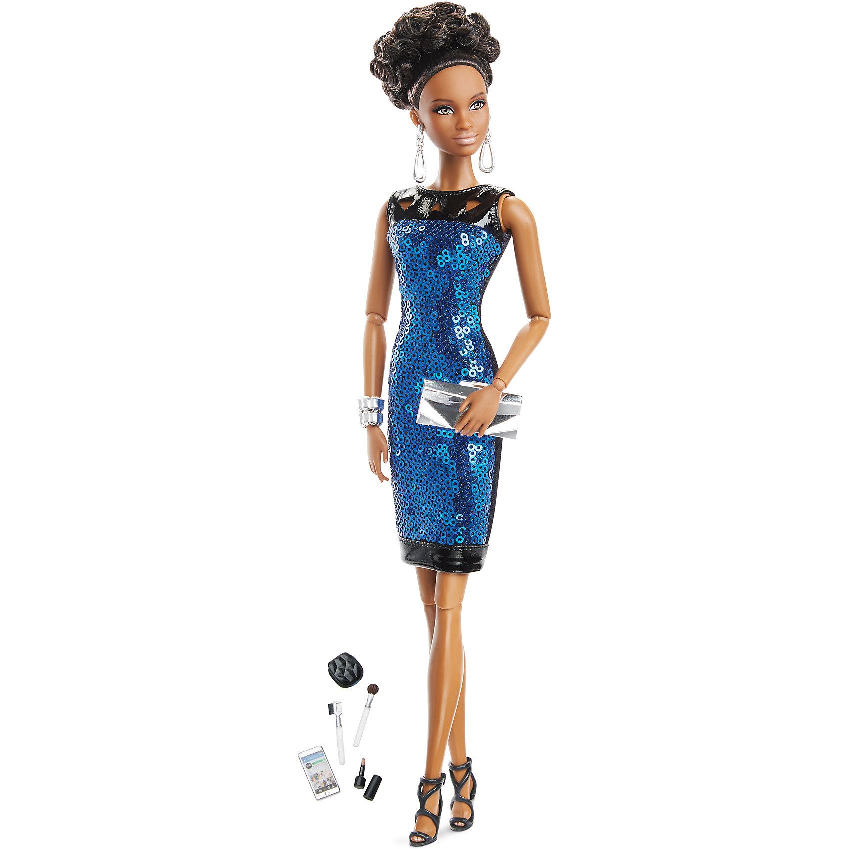 Коллекционная кукла Городской блеск, BarbieBarbie - стильная и знаменитая красавица, покорившая весь мир! В этой коллекции куклы одеты в наряды, понравившиеся наибольшему числу пользователей Instagram. Сегодня вечером наша модница приглашена на вечеринку. Ее наряд состоит из сине-черного обтягивающего платья, декорированного кожей и пайетками, на ногах стильные босоножки на высоком каблуке. Образ дополняют маленький клатч, массивный серебряный браслет и серьги. Волосы куклы собраны в изысканную высокую прическу. В запястьях, локтях и коленях игрушки находятся шарнирные механизмы, благодаря которым кукла может принимать очень реалистичные позы. <br><br>Дополнительная информация:<br><br>- Материал: пластик, текстиль.<br>- Размер куклы: 30 см.<br>- Голова, руки ноги подвижные. <br>- Комплектация: кукла в одежде и обуви, аксессуары (сумочка, косметичка, косметика).<br><br>Коллекционную куклу Городской блеск Barbie (Барби), можно купить в нашем магазине.<br><br>Ширина мм: 200<br>Глубина мм: 280<br>Высота мм: 355<br>Вес г: 464<br>Возраст от месяцев: 36<br>Возраст до месяцев: 72<br>Пол: Женский<br>Возраст: Детский<br>SKU: 4616972