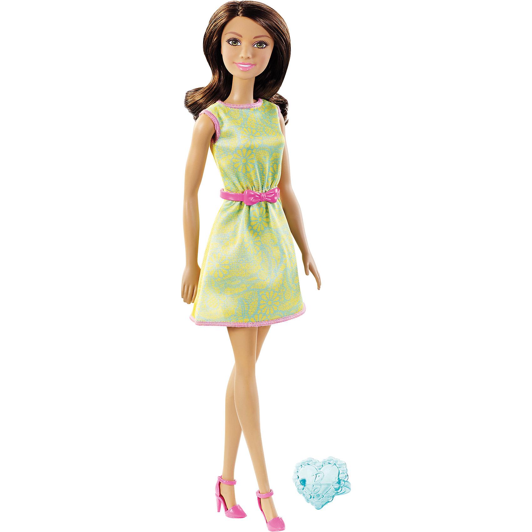 Кукла в модной одежде, BarbieБарби - стильная красотка, покорившая сердца девчонок всего мира! Одежда и аксессуары этой куколки всегда тщательно подобраны и проработаны. Сегодня наша модница решила выбрать наряд, состоящий из очаровательного желтого платья с контрастной розовой отделкой и  поясом с маленьким кокетливым бантиком. На ногах - розовые босоножки. Белокурые длинные волосы Барби мягкие и послушные, из них получится множество разнообразных причесок. Для хозяйки куклы в комплекте прилагается колечко, чтобы тоже быть неотразимой. Постигать азы моды вместе с Барби – это так увлекательно! <br><br>Дополнительная информация:<br><br>- Материал: пластик, текстиль.<br>- Размер куклы: 30 см.<br>- Голова, руки ноги подвижные. <br>- Комплектация: кукла в одежде и обуви, колечко для девочки. <br><br>Куклу в модной одежде, Barbie (Барби), можно купить в нашем магазине.<br><br>Ширина мм: 195<br>Глубина мм: 310<br>Высота мм: 345<br>Вес г: 210<br>Возраст от месяцев: 36<br>Возраст до месяцев: 72<br>Пол: Женский<br>Возраст: Детский<br>SKU: 4616984