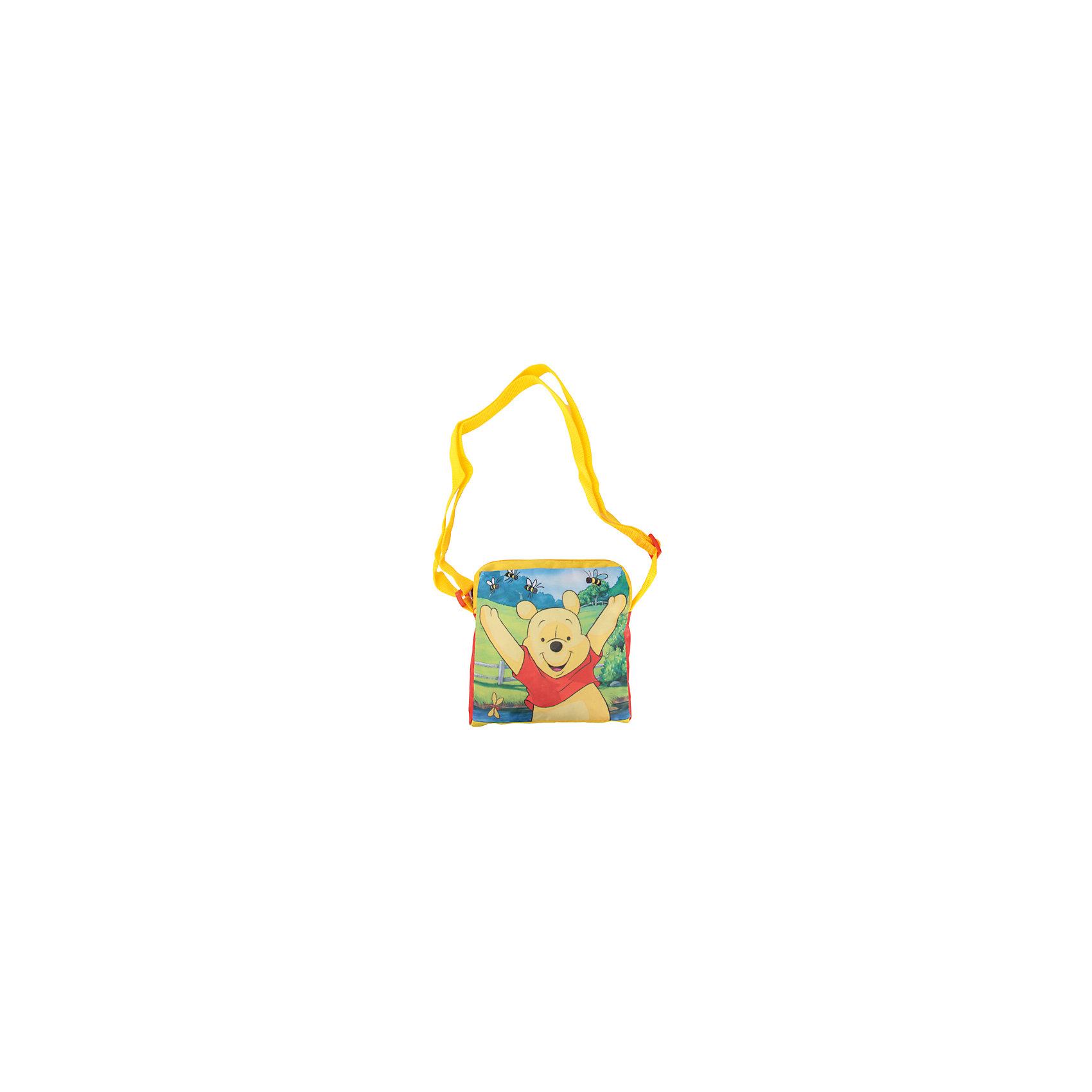 Сумка через плечо Винни ПухСумка через плечо Винни Пух - удобная и практичная сумочка, которая прекрасно подойдет для прогулок или детского сада. Сумка выполнена из водоотталкивающего прочного и качественного материала. Имеет привлекательный дизайн с яркой красно-желтой расцветкой и красочным изображением популярного медвежонка из диснеевских мультфильмов. Сумочка закрывается на застежку-молнию, внутри одно просторное отделение, куда можно положить все необходимые принадлежности и аксессуары. Для ношения через плечо предусмотрен широкий регулируемый ремешок.  <br><br>Дополнительная информация:<br><br>- Материал: текстиль.<br>- Размер: 18 х 5,5 х 18 см.<br>- Вес: 110 гр.<br><br>Сумку через плечо Винни Пух, Играем Вместе, можно купить в нашем интернет-магазине.<br><br>Ширина мм: 484<br>Глубина мм: 484<br>Высота мм: 4<br>Вес г: 110<br>Возраст от месяцев: 48<br>Возраст до месяцев: 96<br>Пол: Унисекс<br>Возраст: Детский<br>SKU: 4637660