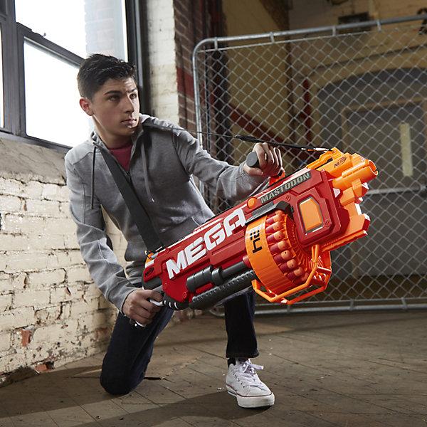 Бластер Мега Мастодон 24 стрелы, NERFИгрушечные пистолеты и бластеры<br>Характеристики товара:<br><br>• возраст: от 8 лет<br>• цвет: красный<br>• комплект: бластер, 24 стрелы<br>• батарейки не входят в комплект (тип батареек: 6 х D / LR20 1.5V (большие бочонки)<br>• стреляет на расстояние 26 м<br>• материал: пластик, металл, текстиль<br>• размер упаковки: 86х10.8х40 см<br>• вес: 2 кг<br>• упаковка: картонная коробка<br>• страна бренда: США<br><br>Бластер Мега Мастодон (Мастодонт) - автоматический ручной пулемет барабанного типа. К нему прилагаются 24 стрелы, способных преодолевать расстояние до 26 метров. <br><br>Быстрая подача патронов из барабана относит NERF Mega Mastodon к разряду скорострельных, стоящих на порядок выше более компактных бластеров и пулеметов предыдущих версий!<br><br>Бластер НЁРФ Мастодон оснащен специальной ручкой, благодаря которой осуществлять стрельбу стало еще удобнее, а также ремнем, который можно надеть на или через плечо - для большего комфорта.<br><br>Сверхвместительность барабана Мастодонта предполагает ведение длительной стрельбы без постоянной перезарядки. <br><br>Предельная дальнобойность бластера позволит целиться в мишень даже издалека, оставаясь абсолютно незамеченным!<br><br>Бластер Мега Мастодон 24 стрелы, NERF можно приобрести в нашем игнтернет-магазине.<br>Ширина мм: 108; Глубина мм: 857; Высота мм: 400; Вес г: 3500; Возраст от месяцев: 96; Возраст до месяцев: 156; Пол: Мужской; Возраст: Детский; SKU: 4652002;