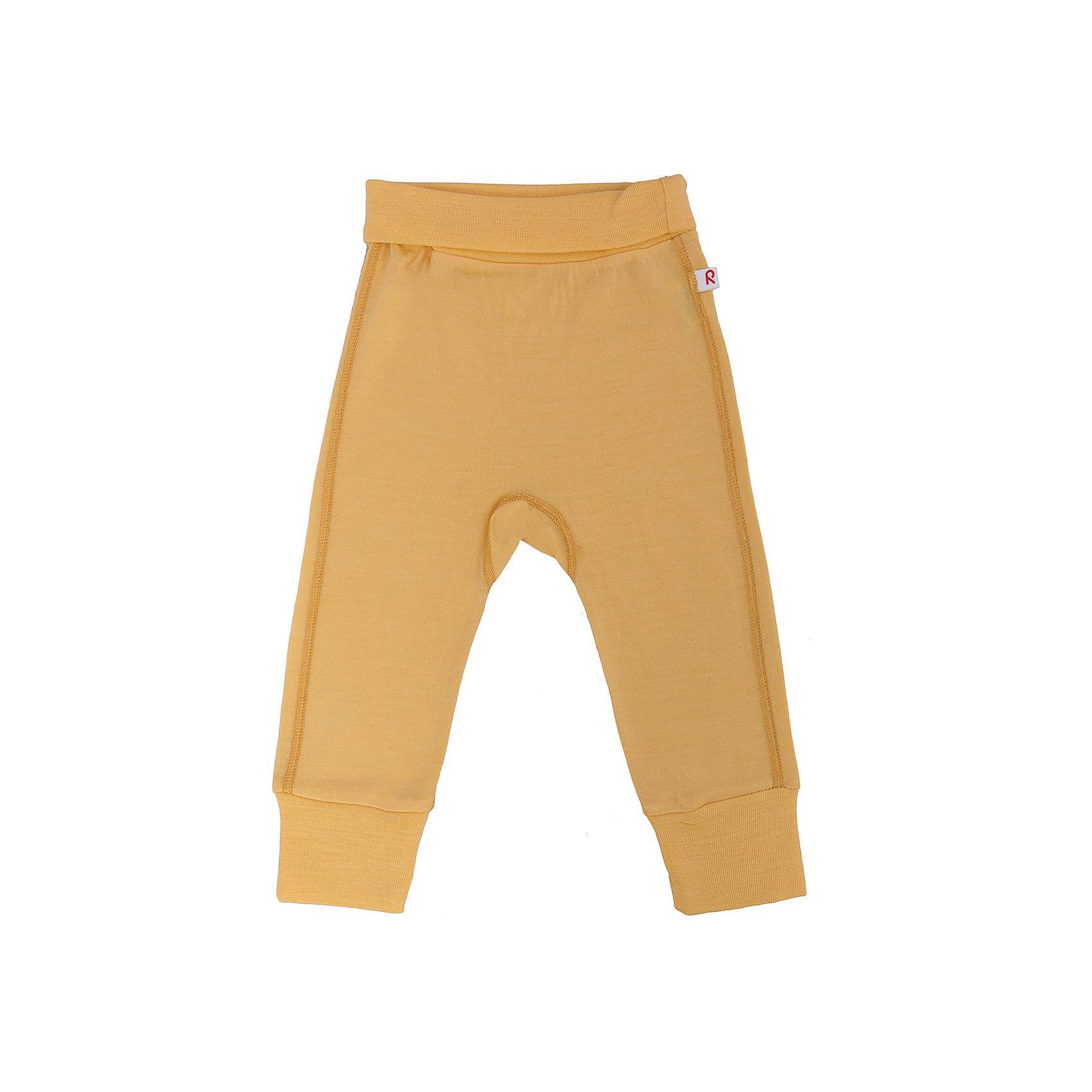 Брюки ReimaБрюки Reima (Рейма), оранжевый от известного финского производителя теплой детской одежды Reima. Выполнены из шерсти высокого качества, которая не раздражает нежную кожу ребенка. Изделие устойчиво к изменению формы и цвета даже при длительном использовании. Форма брюк выполнена с анатомическими особенностями маленьких детей: изделие имеет высокую посадку, широкую эластичную резинку и манжеты на штанинах, что обеспечивает удобство, комфорт и сохранение тепла. Плоские швы выполнены снаружи. Брюки можно носить в качестве верхнего слоя одежды в прохладную погоду или использовать как нижний слой под теплую одежду.<br><br>Дополнительная информация:<br><br>- Предназначение: повседневная одежда<br>- Цвет: оранжевый<br>- Пол: для мальчика/для девочки<br>- Состав: 100% шерсть<br>- Сезон: круглый год<br>- Особенности ухода: стирать, предварительно вывернув изделие на левую сторону, не использовать отбеливающие вещества<br><br>Подробнее:<br><br>• Для детей в возрасте: от 0 месяцев и до 2 лет<br>• Страна производитель: Китай<br>• Торговый бренд: Reima, Финляндия<br><br>Брюки Reima (Рейма), оранжевый можно купить в нашем интернет-магазине.<br><br>Ширина мм: 215<br>Глубина мм: 88<br>Высота мм: 191<br>Вес г: 336<br>Цвет: желтый<br>Возраст от месяцев: 0<br>Возраст до месяцев: 1<br>Пол: Унисекс<br>Возраст: Детский<br>Размер: 50,68,62,56,74<br>SKU: 4653753