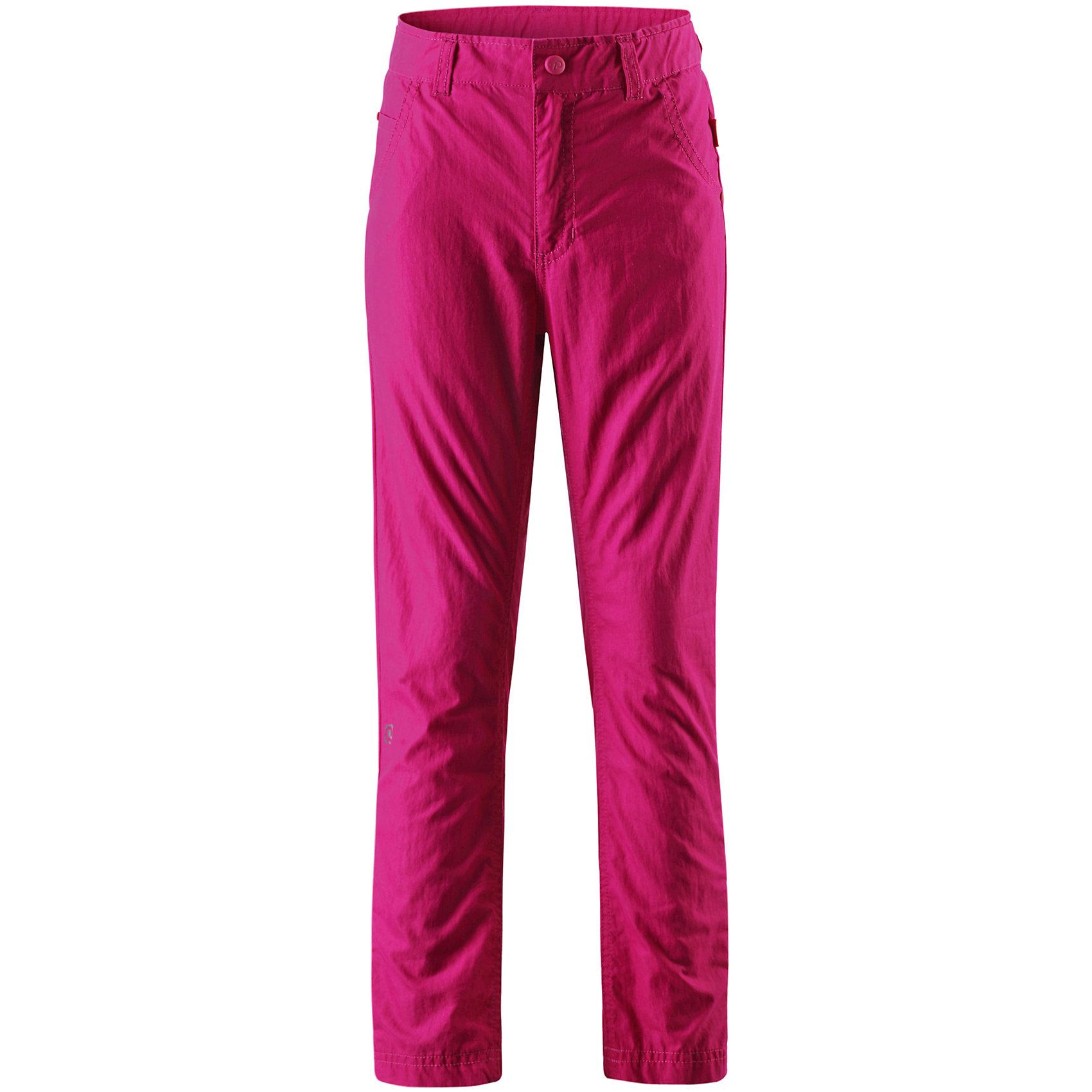 Брюки для девочки ReimaОдежда<br>Брюки для девочки Reimatec® Reima (Рейма), розовый от известного финского производителя  детской одежды Reima. Легкие брюки выполнены из сочетания хлопка и полиэстера, обладают высокой износоустойчивостью, воздухопроницаемыми, водооталкивающими и грязеотталкивающими свойствами. Изделие устойчиво к изменению формы и цвета даже при длительном использовании. Штанины брюк чуть зауженные, у пояса имеются шлевки, спереди – боковые втачные карманы и один втачной карман сзади. Ширина пояса регулируется с внутренней стороны, ширинка застегивается на молнию. <br><br>Дополнительная информация:<br><br>- Предназначение: повседневная одежда<br>- Цвет: розовый<br>- Пол: для девочки<br>- Состав: 70% хлопок, 30 % полиамид<br>- Сезон: лето<br>- Особенности ухода: стирка при температуре не более 40 градусов, не использовать отбеливающие вещества<br><br>Подробнее:<br><br>• Для детей в возрасте: от 3 лет и до 4 лет<br>• Страна производитель: Китай<br>• Торговый бренд: Reima, Финляндия<br><br>Брюки для девочки Reimatec® Reima (Рейма), розовый можно купить в нашем интернет-магазине.<br><br>Ширина мм: 215<br>Глубина мм: 88<br>Высота мм: 191<br>Вес г: 336<br>Цвет: розовый<br>Возраст от месяцев: 120<br>Возраст до месяцев: 132<br>Пол: Женский<br>Возраст: Детский<br>Размер: 104,152,164,122,116,158,146,140,134,128,110<br>SKU: 4654016