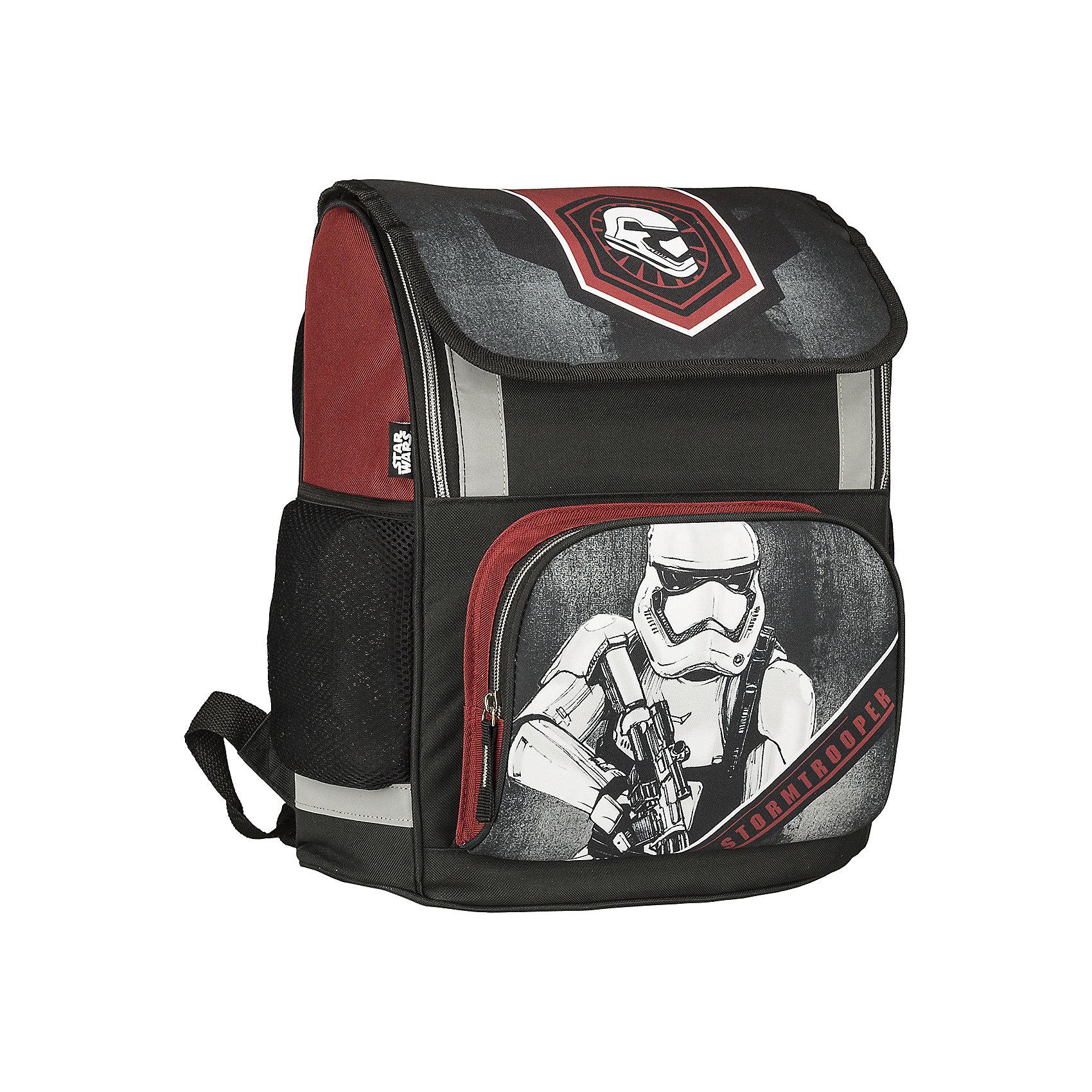 Школьный рюкзак, Star WarsЗвездные войны Рюкзаки, ранцы и сумки<br>Рюкзак, Star Wars - прекрасный вариант для школьных занятий. Рюкзак изготовлен из прочного полиэстера и имеет оригинальный дизайн в стиле популярной киноэпопеи Звездные войны. Эргономичная спинка выполнена в виде накладок анатомической формы из нескольких слоев<br>вспененных синтетических материалов и обтянута воздухообменной сеткой. Широкие анатомические лямки, регулируемые по длине, равномерно распределяют нагрузку на плечевой пояс. Также есть удобная текстильная ручка для переноски в руках. <br><br>Рюкзак закрывается крышкой на липучке, внутри одно просторное вместительное отделение на молнии с разделителем и утягивающей резинкой. На лицевой стороне рюкзака расположен большой накладной карман, закрывающийся на молнию, также имеются два кармана по бокам<br>рюкзака. Светоотражающие вставки повышают безопасность ребенка на дороге.<br><br><br>Дополнительная информация:<br><br>- Материал: полиэстер.  <br>- Размер: 38 х 29 х 13 см.<br>- Вес: 0,85 кг.<br><br>Рюкзак, Star Wars, можно купить в нашем интернет-магазине.<br><br>Ширина мм: 290<br>Глубина мм: 130<br>Высота мм: 380<br>Вес г: 850<br>Возраст от месяцев: 72<br>Возраст до месяцев: 108<br>Пол: Мужской<br>Возраст: Детский<br>SKU: 4681156