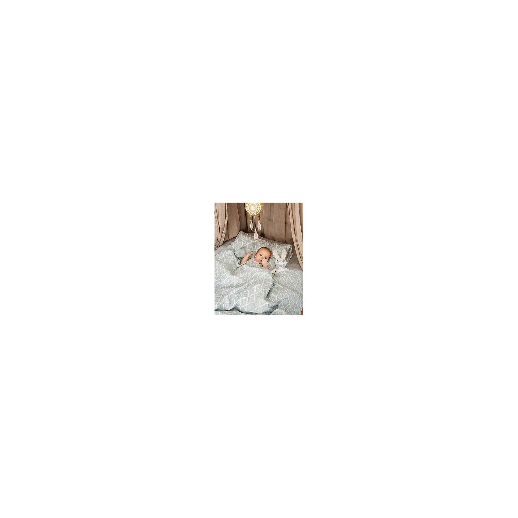 Постельное белье Colors of the Wind 2 пред., Elodie DetailsПостельное белье Colors of the Wind 2 пред., Elodie Details (Элоди Дитейлс) – постельное белье создаст атмосферу уюта в детской комнате.<br>Комплект постельного белья от Elodie Details (Элоди Дитейлс) включает пододеяльник и наволочку. Изготовлен из невероятно гладкого и мягкого 100% органического хлопка-перкаль. Хлопок имеет сертификацию GOTS, вырос без использования вредных химических веществ. Перкаль тонкая, легкая, прочная ткань, которая хорошо хранит тепло, прекрасно впитывает влагу, не образует катышков. Нежная воздушная ткань создаст ощущение уюта и комфорта, обеспечит ребенку крепкий и здоровый сон. Постельное белье не вызывает раздражений или аллергических реакций. За ним очень легко ухаживать. Ткань быстро сохнет и не меняет свой цвет. Комплект подходит к большинству стандартных кроваток и является отличным выбором для малышей. Шведская компания Elodie detalis (Элоди Дитейлс) создает вещи необходимые повседневной жизни мамы и ребенка. Превосходное качество, стиль и практичность сделали компанию популярной во всем мире. Товары Elodie Details (Элоди Дитейлс) выпускаются сериями, что позволит подобрать вещи в одной гамме.<br><br>Дополнительная информация:<br><br>- В комплекте: пододеяльник 100х130 см, наволочку 35х55 см.<br>- Материал: 100% органический хлопок-перкаль<br><br>Постельное белье Colors of the Wind 2 пред., Elodie Details (Элоди Дитейлс) можно купить в нашем интернет-магазине.<br><br>Ширина мм: 20<br>Глубина мм: 270<br>Высота мм: 390<br>Вес г: 558<br>Возраст от месяцев: 0<br>Возраст до месяцев: 36<br>Пол: Мужской<br>Возраст: Детский<br>SKU: 4701944