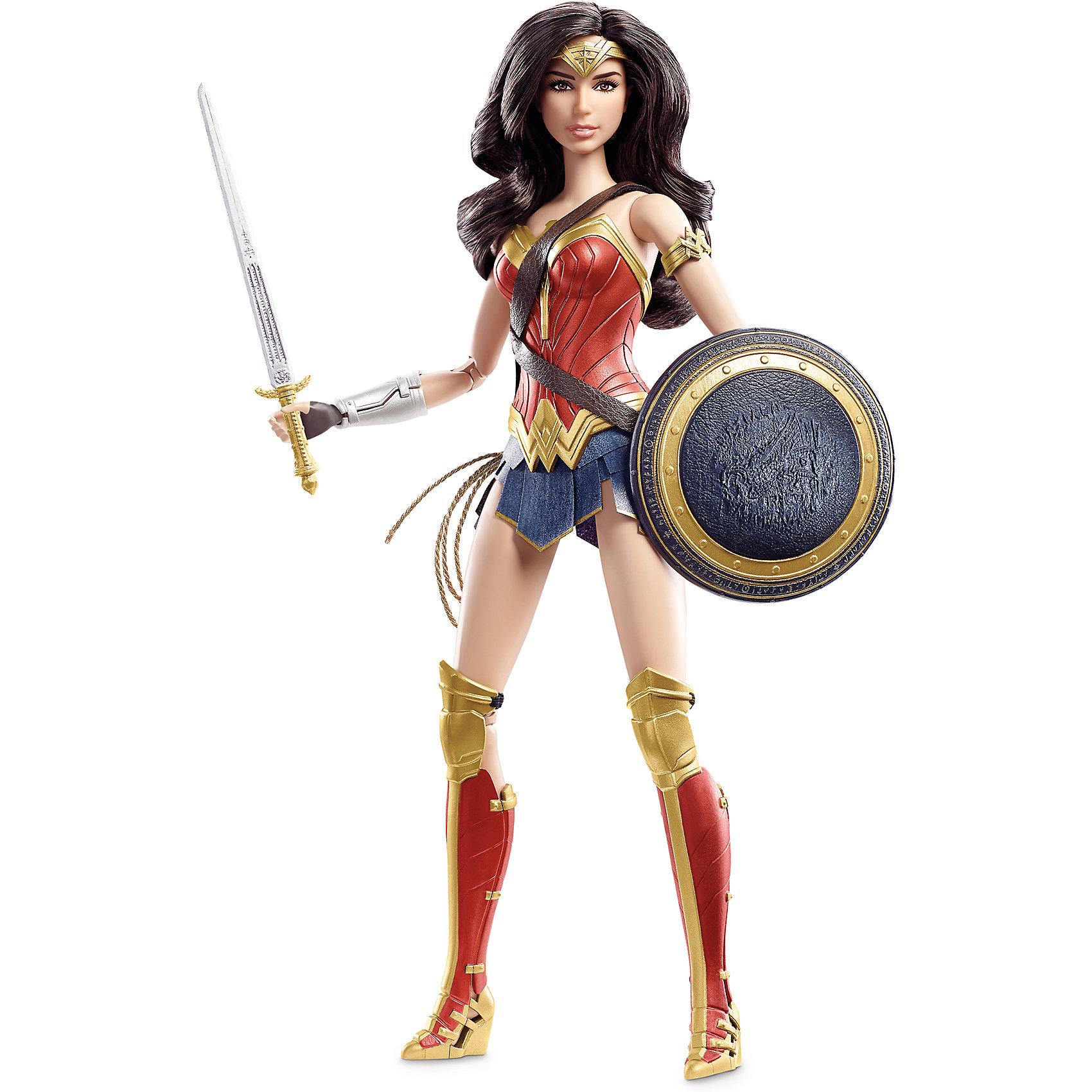 Коллекционная кукла Barbie Бэтмен против СуперменаКоллекционная кукла Barbie Бэтмен против Супермена – кукла, имеющая огромное сходство с героиней фильма, станет украшением коллекции.<br>Коллекционная кукла Barbie, Чудо-женщина – это кукла в образе героини фильма Бэтмен против Супермена: На заре справедливости. Игрушечная Чудо-женщина очень похожа на актрису Галь Гадот, которая сыграла эту роль в киноленте. Куколка тщательно детализирована, поэтому понравится коллекционерам, собирающим фигурки героев фильмов. У куклы длинные темные слегка волнистые волосы, карие глаза и светло-розовые губки. Она одета в настоящий костюм супергероини: красный лиф с золотой окантовкой, очень короткую синюю юбку, высокие красно-золотые сапоги и наручи, которые служат для защиты. В руках - меч и щит, а на поясе висит лассо Истины. Руки и ноги у куклы шарнирные, сгибаются в локтях и коленях, голова поворачивается в стороны.<br><br>Дополнительная информация:<br><br>- Высота куклы: 29 см.<br>- Материал: пластик, текстиль<br>- Кукла не предназначена для переодевания<br>- Глаза и ресницы: нарисованные<br>- Размер упаковки: 9 x 18,5 x 33,5 см.<br>- Вес: 390 гр.<br><br>Коллекционную куклу Barbie Бэтмен против Супермена можно купить в нашем интернет-магазине.<br><br>Ширина мм: 90<br>Глубина мм: 185<br>Высота мм: 335<br>Вес г: 390<br>Возраст от месяцев: 36<br>Возраст до месяцев: 84<br>Пол: Женский<br>Возраст: Детский<br>SKU: 4713573