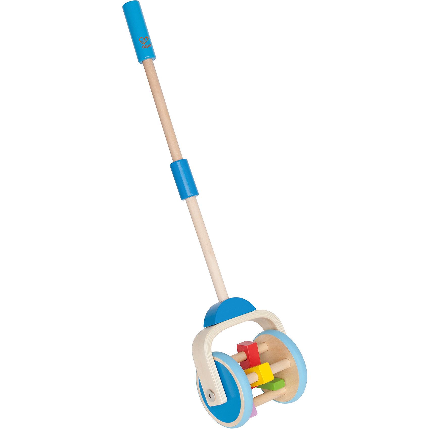 Каталка, HAPEИгрушки-каталки<br>Отличная игрушка для малышей которые только научились ходить. Веселые звуки, возникающие в процессе движения и подвижные детали (разноцветные фигурки, расположенные между колесами), вызывают интерес  ребенка и побуждают к активным движениям.<br>Игрушку можно использовать как на улице, так и в домашних условиях (прорезиненные колеса не повредят пол). Каталка выполнена из экологичных прочных материалов безопасных для малышей. <br><br>Дополнительная информация:<br><br>- Высота: 56,5 см.<br>- Материал: дерево.<br><br>Каталку, HAPE (Хапе), можно купить в нашем магазине.<br><br>Ширина мм: 180<br>Глубина мм: 180<br>Высота мм: 180<br>Вес г: 180<br>Возраст от месяцев: 12<br>Возраст до месяцев: 36<br>Пол: Унисекс<br>Возраст: Детский<br>SKU: 4729136