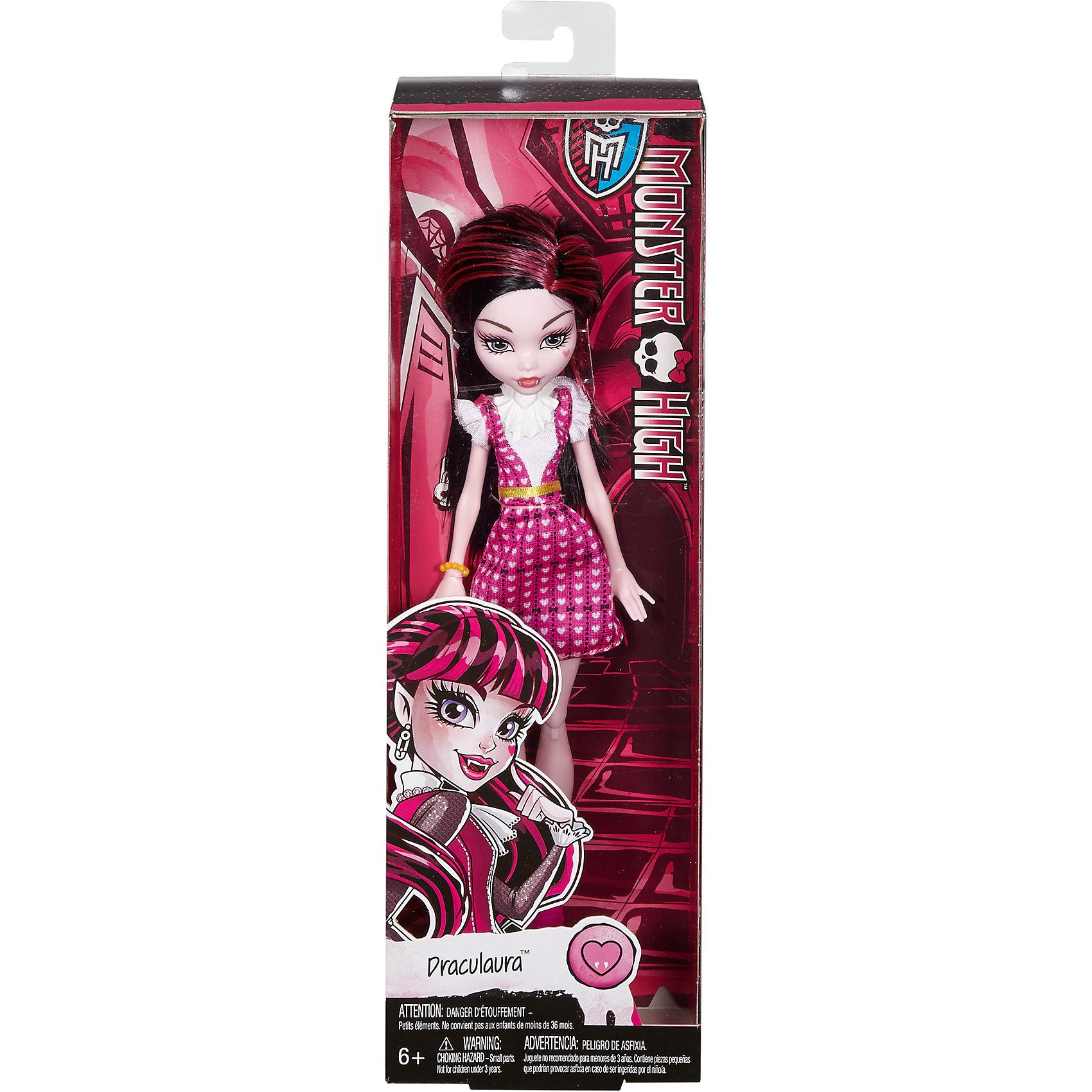 Базовая кукла Дракулаура Monster HighБазовая кукла Дракулаура Monster High – это отличный подарок для маленькой поклонницы школы Monster High!<br>Очаровательная дочка Дракулы – Дракулаура предстала перед нами в новом, скромном и стильном обличии. Она готова к занятиям в своей жуткой школе — и к леденящим кровь приключениям за ее пределами. Кукла одета в белую блузку и короткий сарафан розового цвета, покрытый принтом из сердец, на ногах - стильные розовые ботиночки на каблуках. Тщательно продуманный образ дополняют ожерелье-воротник с крылатым сердечком и яркие желтые ремешок и браслет. Макияж выполнен в нежно-розовых тонах, на левой щеке родинка в виде розового сердца. Густые волосы, окрашенные в черный цвет, с несколькими прядями насыщенно-розового цвета можно расчесывать. Цвет кожи, клыки и заостренные ушки - маленький намек на вампирское родство. В коленях игрушки находятся шарнирные механизмы, благодаря чему у куклы двигаются и сгибаются ноги. Локтевых шарниров нет. Кукла изготовлена из качественного, безопасного для детей материала.<br><br>Дополнительная информация:<br><br>- В комплекте: кукла; аксессуары<br>- Высота куклы: 26 см.<br>- Материал: пластик, текстиль<br><br>Базовую куклу Дракулаура Monster High можно купить в нашем интернет-магазине.<br><br>Ширина мм: 60<br>Глубина мм: 105<br>Высота мм: 330<br>Вес г: 238<br>Возраст от месяцев: 72<br>Возраст до месяцев: 144<br>Пол: Женский<br>Возраст: Детский<br>SKU: 4753058