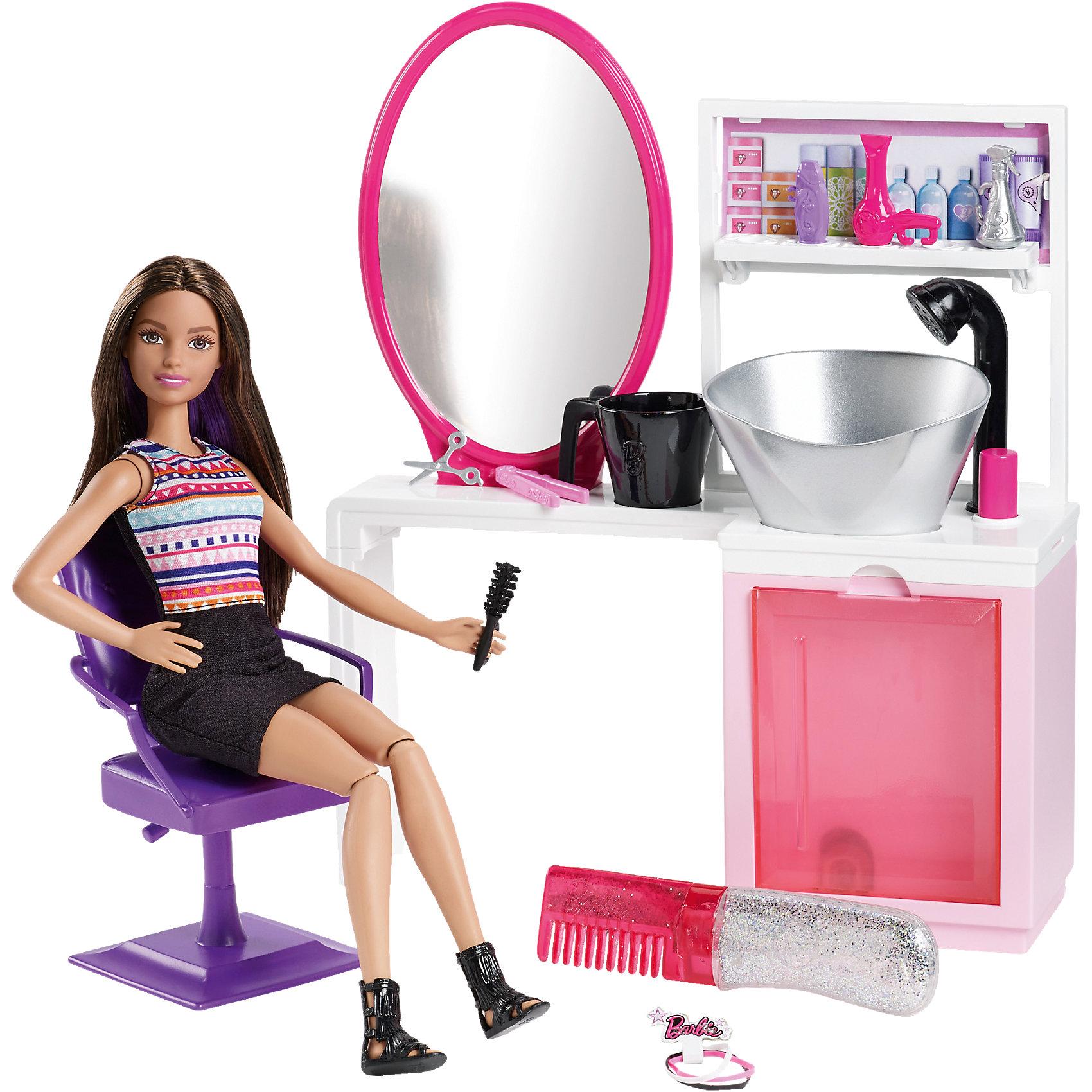 Набор для создания блестящих причесок, BarbieПопулярные игрушки<br>Создайте стильную блестящую прическу для Барби! В набор входит всё, что нужно начинающему стилисту: туалетный столик, раковина, стульчик, расческа с блестками, спрей, фен и многое другое. Вы можете сделать кукле укладку, нанести блестки - волшебная прическа готова! Блестки легко смываются и ребенок с легкостью сможет сделать новую прическу, предварительно помыв волосы кукле с помощью шампуня и раковины из набора. Барби одета в стильное платье с орнаментом. Ее длинные каштановые волосы украшены фиолетовыми прядями. Добавьте к ним немного блесток, и волосы куклы начнут сверкать! Девочка несомненно обрадуется такому подарку и сможет почувствовать себя настоящим стилистом!<br><br>Дополнительная информация:<br>Материал: пластик, текстиль<br>Все материалы безопасны для ребенка<br>В наборе: Кукла Барби, туалетный столик с раковиной, расческа с блестками, стул, спрей, шампунь, фен, плойка, щетка, кружка, ножницы<br>Размер упаковки: 41х29,5х8 см<br>Вес: 825 грамм<br>Высота куклы: 28 см<br>Высота туалетного столика: 27 см<br><br>Набор для создания блестящих причесок Barbie(Барби) вы можете приобрести в нашем интернет-магазине<br><br>Ширина мм: 412<br>Глубина мм: 296<br>Высота мм: 83<br>Вес г: 834<br>Возраст от месяцев: 36<br>Возраст до месяцев: 72<br>Пол: Женский<br>Возраст: Детский<br>SKU: 4765311