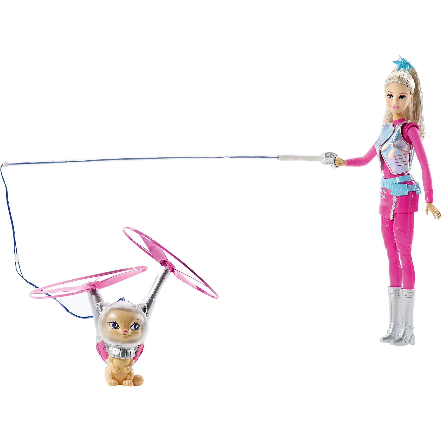 Кукла с летающим котом Попкорном из серии Barbie и космические приключенияПопулярные игрушки<br>Кукла с летающим котом Попкорном из серии Barbie и космические приключения от Mattel (Маттел) ? образ Барби, созданный по мотивам мультфильма Barbie и космические приключения. На этот раз Барби отправляется в путешествие со своим любимцем котом, который умеет летать! <br>У Barbie настоящий космический наряд: розовый комбинезон, короткая юбочка, серебристый жилет и сапоги. На поводке кукла держит своего кота. Чтобы он взлетел необходимо нажать на кнопку, расположенную на ноге куклы. Попкорн поднимается в воздух за счет движения двух пропеллеров. <br>Кукла из серии Barbie и космические приключения, Barbie (Барби) может быть отличным вариантом в качестве подарка для девочки к любому торжеству.<br><br>Дополнительная информация:<br><br>- Вид игр: сюжетно-ролевые <br>- Предназначение: для дома<br>- Серия: Barbie и космические приключения <br>- Материал: пластик, резина, текстиль<br>- Особенности ухода: куклу и аксессуары можно мыть в теплой мыльной воде<br><br>Куклу с летающим котом Попкорном из серии Barbie и космические приключения от Mattel (Маттел) можно купить в нашем интернет-магазине.<br><br>Ширина мм: 327<br>Глубина мм: 253<br>Высота мм: 71<br>Вес г: 319<br>Возраст от месяцев: 36<br>Возраст до месяцев: 72<br>Пол: Женский<br>Возраст: Детский<br>SKU: 4765333
