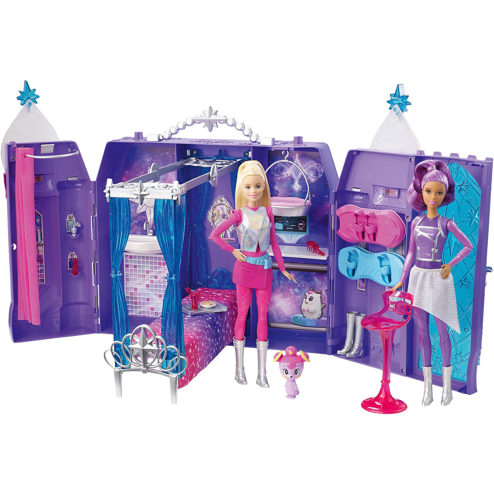 Игровой набор Космический замок, BarbieИгрушечные домики и замки<br>Игровой набор Космический замок, Barbie- потрясающая игрушка от компании Mattel, созданная по мотивам мультфильма Барби и космическое приключение В наборе 4 игровых пространства (комнаты): ванная с душем и раковиной, спальня с кроватью, гостиная и комната для тренировок на ховерборде, в ней же расположена открывающаяся дверь. В комплект также входят 2 ховерборда, стул, фигурка питомца и различные аксессуары. Домик складывается в удобный чемоданчик с ручкой, который удобно переносить. . С таким набором девочка сможет придумать множество сюжетно- ролевых игр:  прокатить кукол на космическом транспорте, поместив их ноги в специальную подставку, поиграть с необычным щенком, поесть особых блюд и многое другое. Игра с набором Barbie надолго увлечет малышку и даст бесконечный простор для воображения!<br><br>Внимание!! Куклы в комплект не входят и приобретаются отдельно.<br><br> В набор входит:<br>• питомец;<br>• замок-чемоданчик;<br>• игрушечные продукты питания;<br>• обувь;<br>• аксессуары.<br><br>Дополнительнаяинформация:<br><br>• Материал: текстиль, пластик.<br>• Размер упаковки: 40x32,5x13,5 см.<br>• Вес: 1,5 кг.<br><br>Игровой набор Космический замок, Barbie можно купить в нашем интернет-магазине.<br><br>Ширина мм: 407<br>Глубина мм: 330<br>Высота мм: 144<br>Вес г: 1831<br>Возраст от месяцев: 36<br>Возраст до месяцев: 84<br>Пол: Женский<br>Возраст: Детский<br>SKU: 4765342