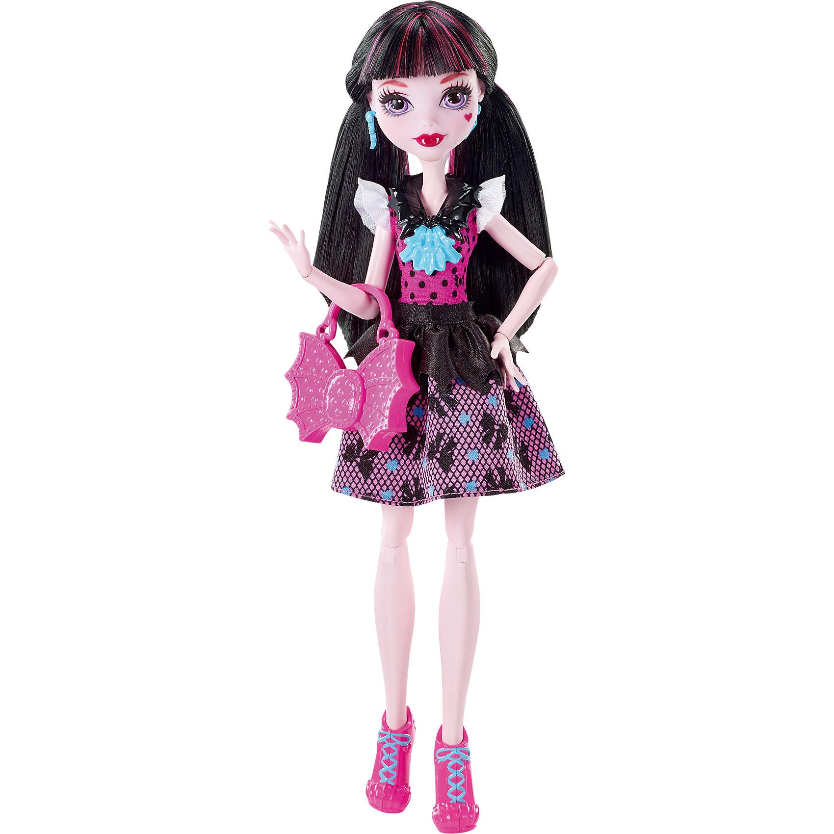 Кукла Дракулаура в модном наряде, Monster HighДракулаура - милая девочка, дочь графа Дракулы. На этот раз она красиво нарядилась для первого дня в школе Monster High. Кукла одета в оригинальное платье с принтом и стильные розовые ботиночки. Милая розовая сумочка в форме летучей мыши прекрасно дополняет образ юной леди.<br><br>Дополнительная информация:<br>Материал: пластик<br>Куклу Дракулауру можно купить в нашем интернет-магазине.<br><br>Ширина мм: 324<br>Глубина мм: 152<br>Высота мм: 66<br>Вес г: 204<br>Возраст от месяцев: 72<br>Возраст до месяцев: 144<br>Пол: Женский<br>Возраст: Детский<br>SKU: 4765346