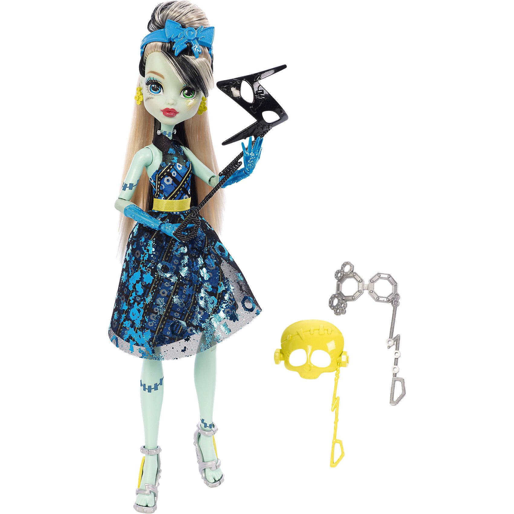 Кукла Фрэнки Штейн из серии Буникальные танцы с аксессуарами, Monster HighMonster High<br>Кукла Фрэнки Штэйн выглядит потрясающе в своем вечернем платье! С собой она взяла 3 маски-аксессуара для настоящей фотосессии. Кукла одета в пышное блестящее платье. Голова украшена ободком с бантиком в форме молнии. Стильные туфельки с молниями, колье и сережки  прекрасно дополняют необычный образ Фрэнки Штэйн.<br><br>Дополнительная информация:<br>Материал: пластик<br>Куклу Фрэнки Штэйн можно приобрести в нашем интернет-магазине.<br><br>Ширина мм: 328<br>Глубина мм: 205<br>Высота мм: 66<br>Вес г: 250<br>Возраст от месяцев: 72<br>Возраст до месяцев: 120<br>Пол: Женский<br>Возраст: Детский<br>SKU: 4765374