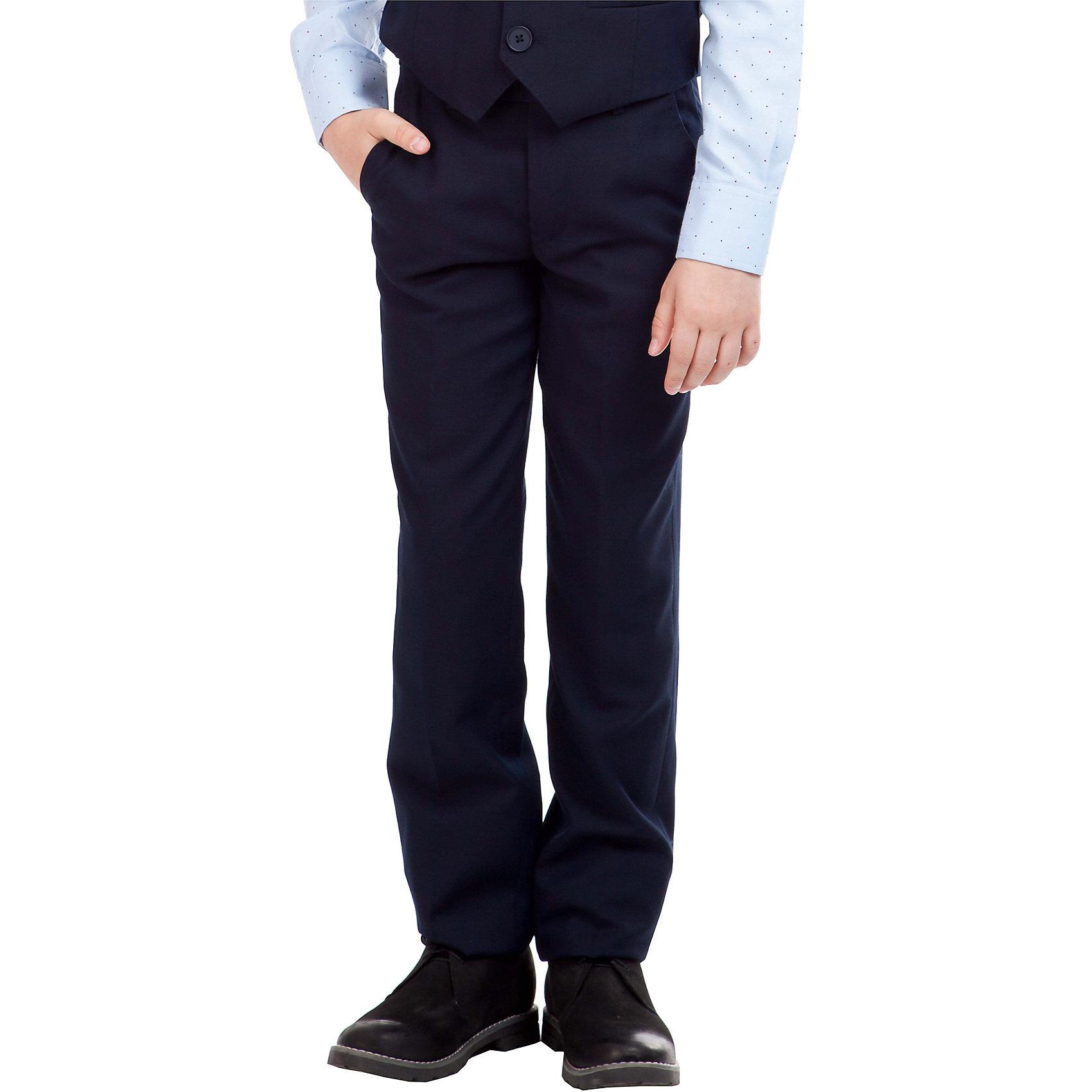 Брюки для мальчика GulliverБрюки для мальчика от известного бренда Gulliver<br>Классические школьные брюки - основа повседневного гардероба ученика. В сочетании с любым верхом, они смотрятся строго, настраивая на деловую волну. Хороший состав ткани с содержанием шерсти обеспечивает брюкам достойный вид, долговечность и неприхотливость в уходе. Синие школьные брюки для мальчика имеют удобную регулировку пояса, создающую комфортную посадку изделия на всех типах фигуры.<br>Состав:<br>верх:   10% шерсть     25% вискоза  65% полиэстер;                                  подкл.:    50% вискоза 50% полиэстер<br><br>Ширина мм: 215<br>Глубина мм: 88<br>Высота мм: 191<br>Вес г: 336<br>Цвет: синий<br>Возраст от месяцев: 96<br>Возраст до месяцев: 108<br>Пол: Мужской<br>Возраст: Детский<br>Размер: 134,122,140,152,146,128,158<br>SKU: 4767765