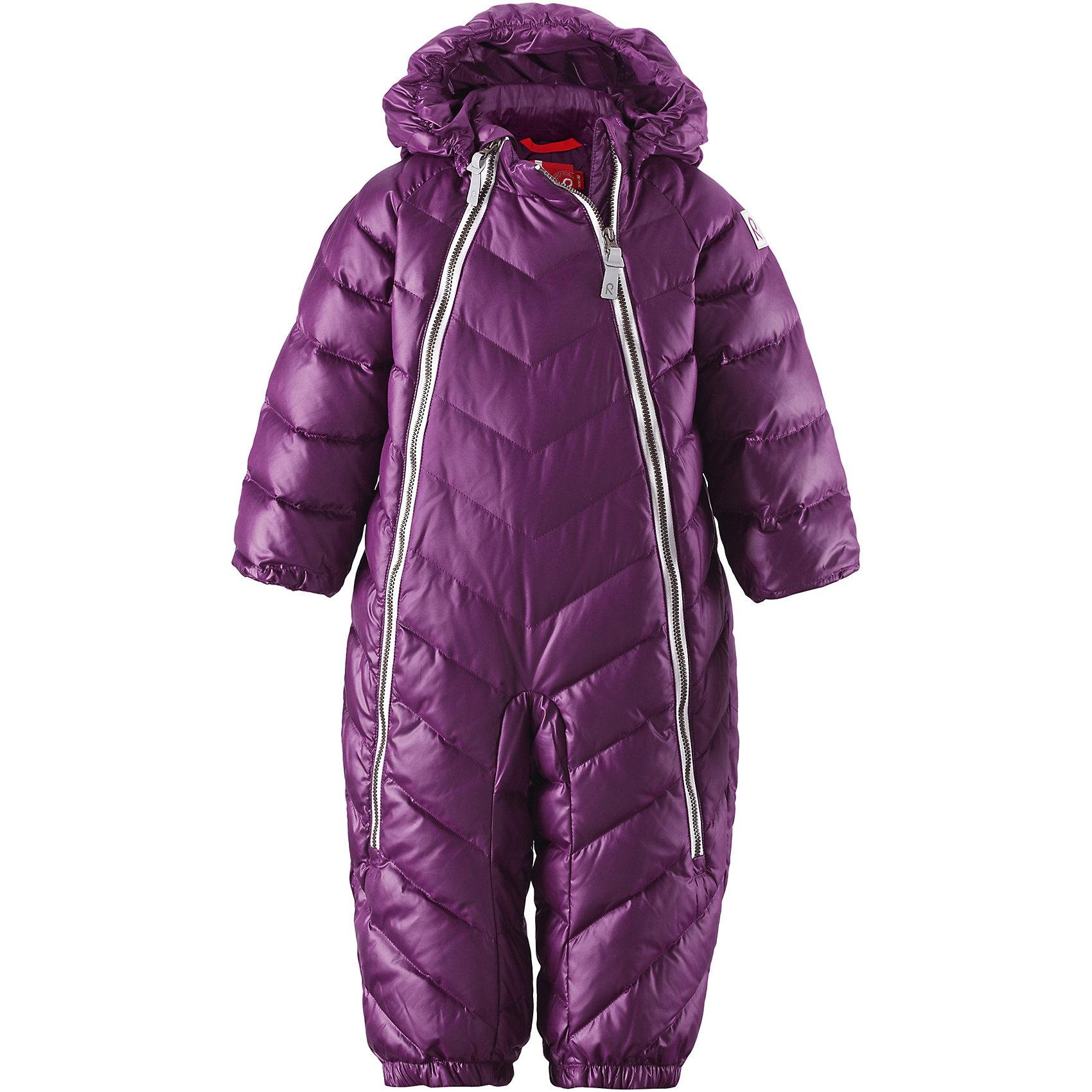 Комбинезон Unetus для девочки ReimaВерхняя одежда<br>Комбинезон  Reima<br>Пуховый комбинезон для малышей. Водоотталкивающий, ветронепроницаемый, «дышащий» и грязеотталкивающий материал. Гладкая подкладка из полиэстра. В качестве утеплителя использованы пух и перо (60%/40%). Безопасный, съемный капюшон. Эластичные манжеты. Съемные эластичные штрипки. Две длинные молнии для удобного надевания. Безопасные светоотражающие детали.<br>Уход:<br>Стирать по отдельности, вывернув наизнанку. Застегнуть молнии и липучки. Стирать моющим средством, не содержащим отбеливающие вещества. Полоскать без специального средства. Во избежание изменения цвета изделие необходимо вынуть из стиральной машинки незамедлительно после окончания программы стирки. Барабанное сушение при низкой температуре с 3 теннисными мячиками. Выверните изделие наизнанку в середине сушки.<br>Состав:<br>100% Полиэстер<br><br>Ширина мм: 599<br>Глубина мм: 347<br>Высота мм: 43<br>Вес г: 446<br>Цвет: фиолетовый<br>Возраст от месяцев: 3<br>Возраст до месяцев: 5<br>Пол: Женский<br>Возраст: Детский<br>Размер: 62,68,74,92,86,80<br>SKU: 4775842