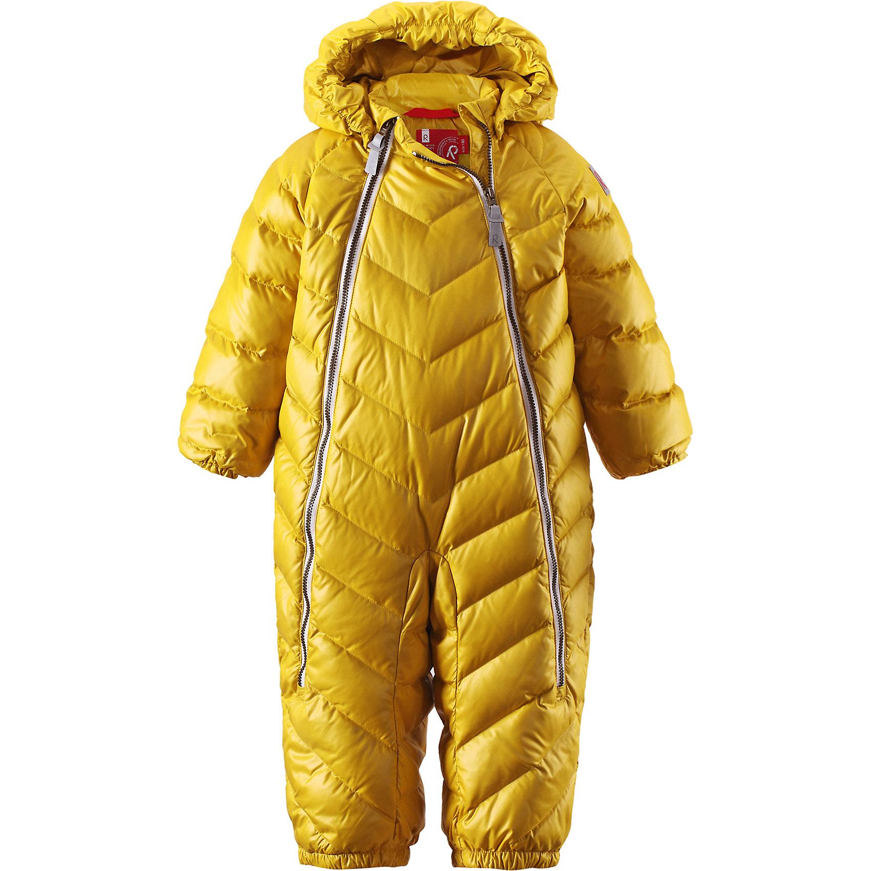 Комбинезон Unetus ReimaВерхняя одежда<br>Комбинезон  Reima<br>Пуховый комбинезон для малышей. Водоотталкивающий, ветронепроницаемый, «дышащий» и грязеотталкивающий материал. Гладкая подкладка из полиэстра. В качестве утеплителя использованы пух и перо (60%/40%). Безопасный, съемный капюшон. Эластичные манжеты. Съемные эластичные штрипки. Две длинные молнии для удобного надевания. Безопасные светоотражающие детали.<br>Уход:<br>Стирать по отдельности, вывернув наизнанку. Застегнуть молнии и липучки. Стирать моющим средством, не содержащим отбеливающие вещества. Полоскать без специального средства. Во избежание изменения цвета изделие необходимо вынуть из стиральной машинки незамедлительно после окончания программы стирки. Барабанное сушение при низкой температуре с 3 теннисными мячиками. Выверните изделие наизнанку в середине сушки.<br>Состав:<br>100% Полиэстер<br><br>Ширина мм: 356<br>Глубина мм: 10<br>Высота мм: 245<br>Вес г: 519<br>Цвет: желтый<br>Возраст от месяцев: 18<br>Возраст до месяцев: 24<br>Пол: Женский<br>Возраст: Детский<br>Размер: 92,74,68,62,80,86<br>SKU: 4775870