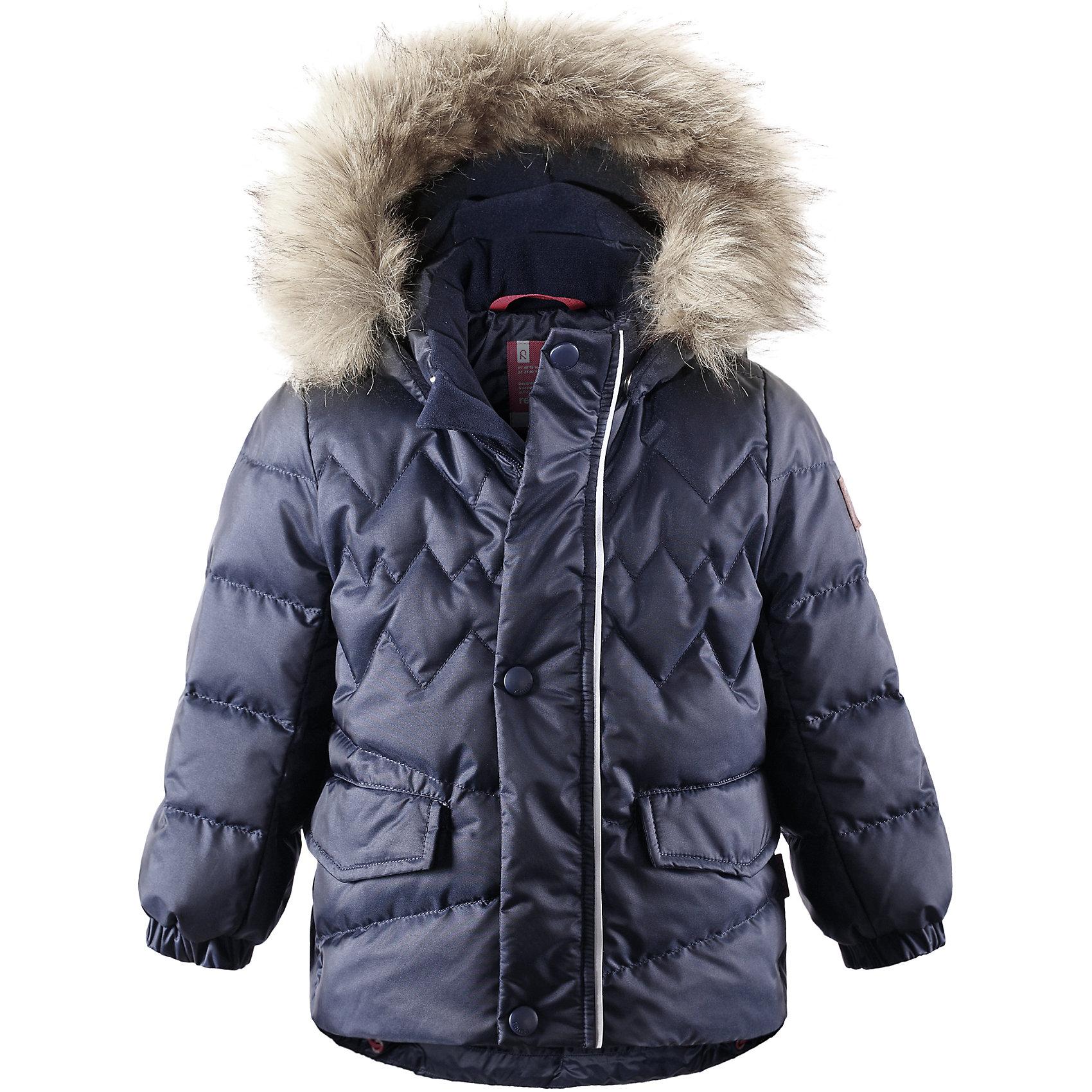 Куртка Hoppu для мальчика ReimaВерхняя одежда<br>Куртка для мальчика Reima<br>Пуховая куртка для малышей. Водоотталкивающий, ветронепроницаемый, «дышащий» и грязеотталкивающий материал. Гладкая подкладка из полиэстра. В качестве утеплителя использованы пух и перо (60%/40%). Безопасный съемный капюшон с отсоединяемой меховой каймой из искусственного меха. Эластичные манжеты. Регулируемый подол. Два кармана с клапанами. Безопасные светоотражающие детали. Петля для дополнительных светоотражающих деталей.<br>Уход:<br>Стирать по отдельности, вывернув наизнанку. Перед стиркой отстегните искусственный мех. Застегнуть молнии и липучки. Стирать моющим средством, не содержащим отбеливающие вещества. Полоскать без специального средства. Во избежание изменения цвета изделие необходимо вынуть из стиральной машинки незамедлительно после окончания программы стирки. Барабанное сушение при низкой температуре с 3 теннисными мячиками. Выверните изделие наизнанку в середине сушки.<br>Состав:<br>65% Полиамид, 35% Полиэстер, полиуретановое покрытие<br><br>Ширина мм: 356<br>Глубина мм: 10<br>Высота мм: 245<br>Вес г: 519<br>Цвет: синий<br>Возраст от месяцев: 6<br>Возраст до месяцев: 9<br>Пол: Мужской<br>Возраст: Детский<br>Размер: 74,86,98,92,80<br>SKU: 4776088