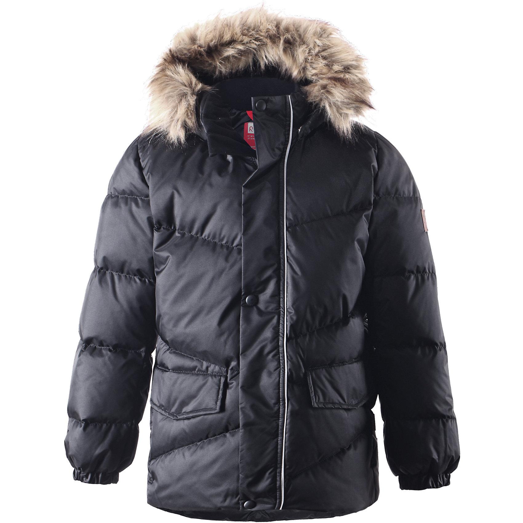 Куртка Pause для мальчика ReimaКуртка для мальчика Reima<br>Пуховая куртка для подростков. Водоотталкивающий, ветронепроницаемый, «дышащий» и грязеотталкивающий материал. Гладкая подкладка из полиэстра. В качестве утеплителя использованы пух и перо (60%/40%). Безопасный съемный капюшон с отсоединяемой меховой каймой из искусственного меха. Регулируемый подол. Два кармана с клапанами. Безопасные светоотражающие детали. Петля для дополнительных светоотражающих деталей.<br>Уход:<br>Стирать по отдельности, вывернув наизнанку. Перед стиркой отстегните искусственный мех. Застегнуть молнии и липучки. Стирать моющим средством, не содержащим отбеливающие вещества. Полоскать без специального средства. Во избежание изменения цвета изделие необходимо вынуть из стиральной машинки незамедлительно после окончания программы стирки. Барабанное сушение при низкой температуре с 3 теннисными мячиками. Выверните изделие наизнанку в середине сушки.<br>Состав:<br>65% Полиамид, 35% Полиэстер, полиуретановое покрытие<br><br>Ширина мм: 356<br>Глубина мм: 10<br>Высота мм: 245<br>Вес г: 519<br>Цвет: черный<br>Возраст от месяцев: 36<br>Возраст до месяцев: 48<br>Пол: Мужской<br>Возраст: Детский<br>Размер: 104,134,140,164,122,116,146,110,128,158,152<br>SKU: 4778303