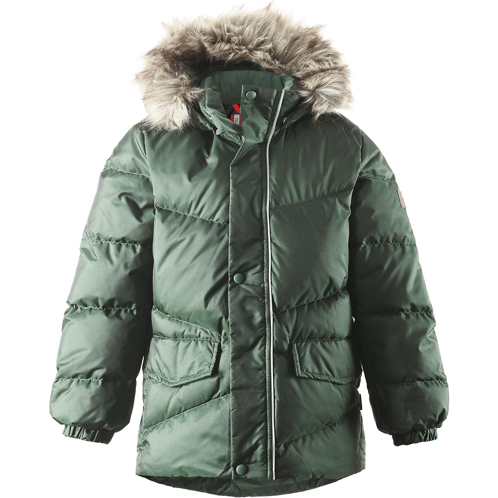 Куртка Pause для мальчика ReimaКуртка для мальчика Reima<br>Пуховая куртка для подростков. Водоотталкивающий, ветронепроницаемый, «дышащий» и грязеотталкивающий материал. Гладкая подкладка из полиэстра. В качестве утеплителя использованы пух и перо (60%/40%). Безопасный съемный капюшон с отсоединяемой меховой каймой из искусственного меха. Регулируемый подол. Два кармана с клапанами. Безопасные светоотражающие детали. Петля для дополнительных светоотражающих деталей.<br>Уход:<br>Стирать по отдельности, вывернув наизнанку. Перед стиркой отстегните искусственный мех. Застегнуть молнии и липучки. Стирать моющим средством, не содержащим отбеливающие вещества. Полоскать без специального средства. Во избежание изменения цвета изделие необходимо вынуть из стиральной машинки незамедлительно после окончания программы стирки. Барабанное сушение при низкой температуре с 3 теннисными мячиками. Выверните изделие наизнанку в середине сушки.<br>Состав:<br>65% Полиамид, 35% Полиэстер, полиуретановое покрытие<br><br>Ширина мм: 356<br>Глубина мм: 10<br>Высота мм: 245<br>Вес г: 519<br>Цвет: зеленый<br>Возраст от месяцев: 72<br>Возраст до месяцев: 84<br>Пол: Мужской<br>Возраст: Детский<br>Размер: 122,158,152,128,134,140,116,146,164,110,104<br>SKU: 4778315
