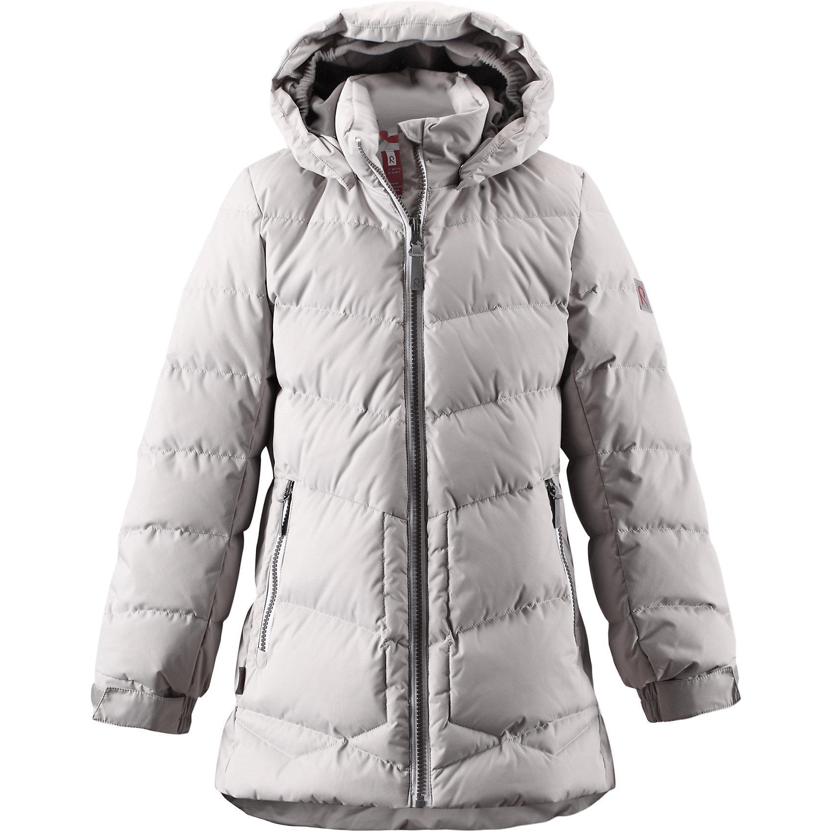 Куртка Likka для девочки ReimaОдежда<br>Куртка для девочки Reima<br>Пуховая куртка для подростков. Водоотталкивающий, ветронепроницаемый, «дышащий» и грязеотталкивающий материал. Крой для девочек. Гладкая подкладка из полиэстра. В качестве утеплителя использованы пух и перо (60%/40%). Безопасный, съемный капюшон. Регулируемый манжет на липучке. Эластичная талия. Два кармана на молнии. Безопасные светоотражающие детали. Петля для дополнительных светоотражающих деталей.<br>Уход:<br>Стирать по отдельности, вывернув наизнанку. Застегнуть молнии и липучки. Стирать моющим средством, не содержащим отбеливающие вещества. Полоскать без специального средства. Во избежание изменения цвета изделие необходимо вынуть из стиральной машинки незамедлительно после окончания программы стирки. Барабанное сушение при низкой температуре с 3 теннисными мячиками. Выверните изделие наизнанку в середине сушки.<br>Состав:<br>100% Полиамид, полиуретановое покрытие<br><br>Ширина мм: 356<br>Глубина мм: 10<br>Высота мм: 245<br>Вес г: 519<br>Цвет: серый<br>Возраст от месяцев: 60<br>Возраст до месяцев: 72<br>Пол: Женский<br>Возраст: Детский<br>Размер: 122,140,164,116,146,152,134,128,104,110,158<br>SKU: 4778351