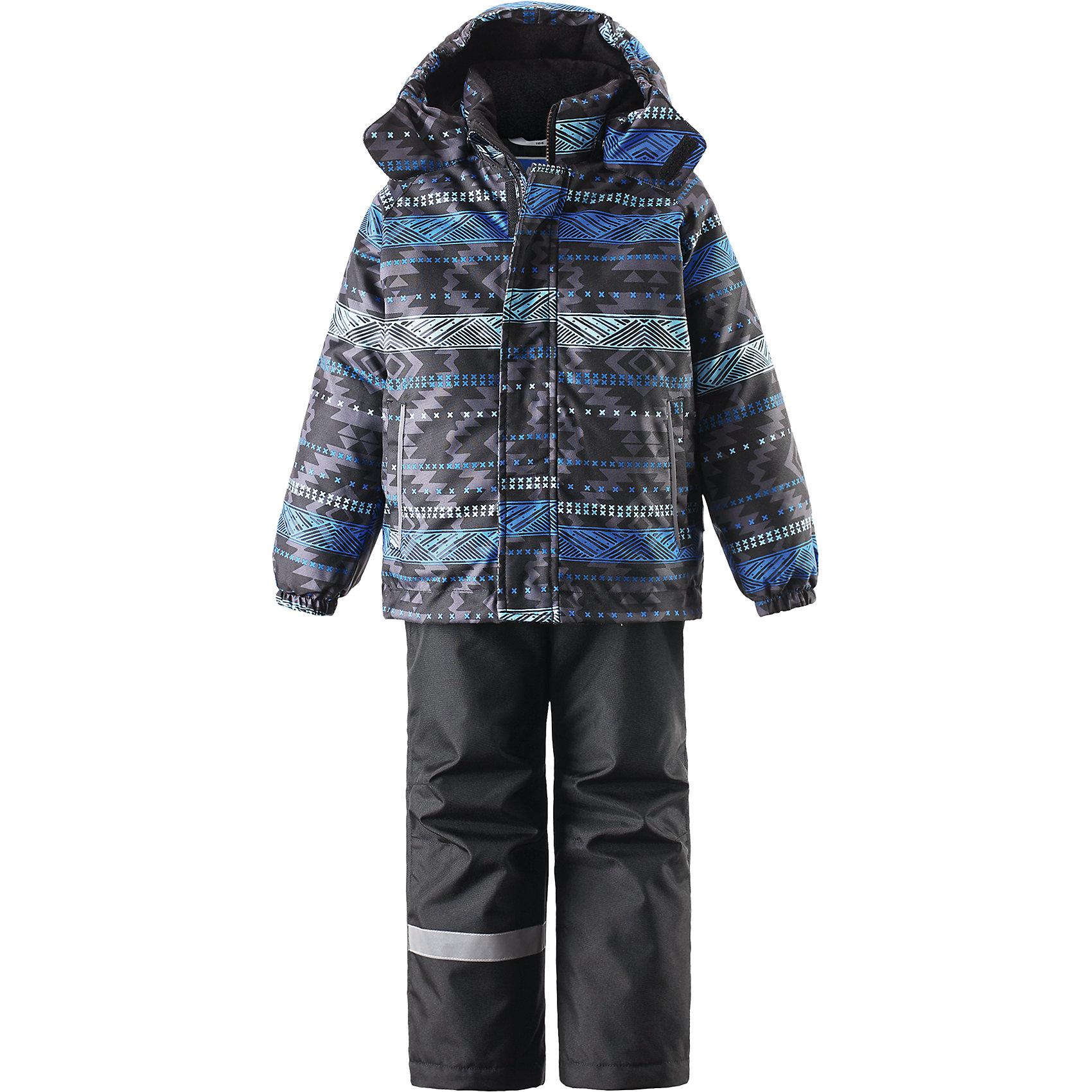 Комплект для мальчика LASSIE by ReimaЗимний комплект для детей известной финской марки.<br><br>- Сверхпрочный материал. Водоотталкивающий, ветронепроницаемый, «дышащий» и грязеотталкивающий материал.<br>- Задний серединный шов брюк проклеен. <br>- Гладкая подкладка из полиэстра.<br>-  Средняя степень утепления.<br>-  Безопасный, съемный капюшон.<br>-  Эластичные манжеты. Эластичная талия. <br>- Снегозащитные манжеты на штанинах. <br>- Ширинка на молнии. Два прорезных кармана.<br>-  Регулируемые и отстегивающиеся эластичные подтяжки. <br>- Принт по всей поверхности.  <br><br>Рекомендации по уходу: Стирать по отдельности, вывернув наизнанку. Застегнуть молнии и липучки. Соблюдать температуру в соответствии с руководством по уходу. Стирать моющим средством, не содержащим отбеливающие вещества. Полоскать без специального средства. Сушение в сушильном шкафу разрешено при  низкой температуре.<br><br>Состав: 100% Полиамид, полиуретановое покрытие.  Утеплитель «Lassie wadding» 100гр.(брюки); 180гр.(куртка).<br><br>Ширина мм: 190<br>Глубина мм: 74<br>Высота мм: 229<br>Вес г: 236<br>Цвет: синий<br>Возраст от месяцев: 60<br>Возраст до месяцев: 72<br>Пол: Мужской<br>Возраст: Детский<br>Размер: 116,140,134,128,122,110,104,98,92<br>SKU: 4782138