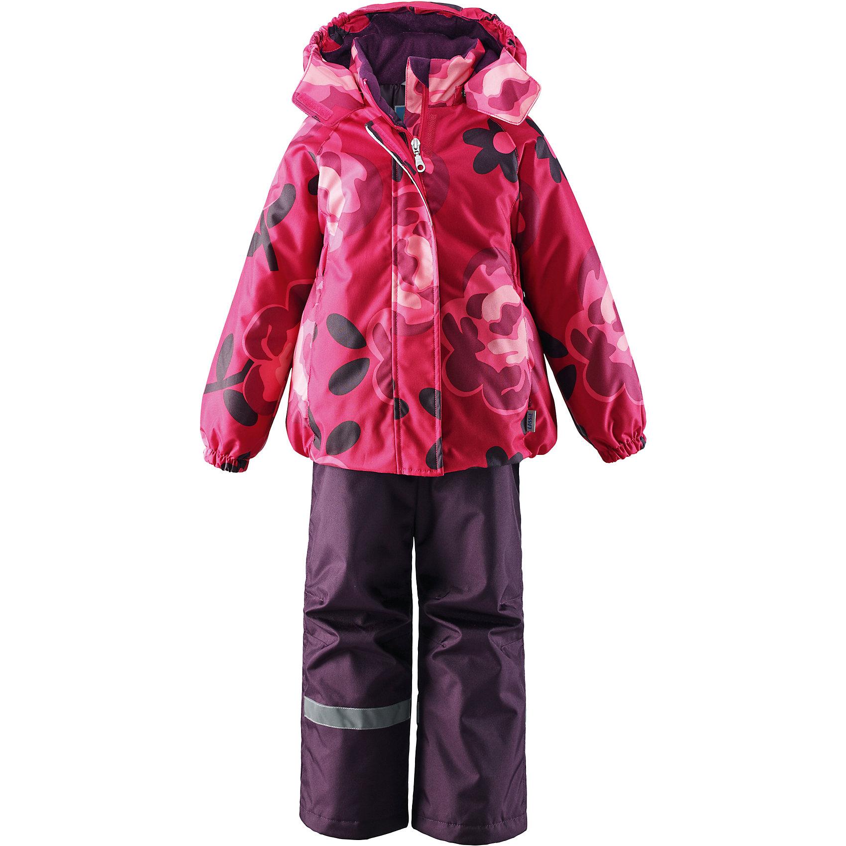 Комплект для девочки LASSIE by ReimaЗимний комплект для детей известной финской марки.<br><br>-  Прочный материал. Водоотталкивающий, ветронепроницаемый, «дышащий» и грязеотталкивающий материал.<br>-  Задний серединный шов брюк проклеен.<br>-  Гладкая подкладка из полиэстра.<br>-  Средняя степень утепления. <br>- Безопасный, съемный капюшон.<br>-  Эластичные манжеты. Эластичная талия. <br>- Регулируемый подол. Снегозащитные манжеты на штанинах. <br>- Ширинка на молнии. Карманы в боковых швах.<br>-  Регулируемые и отстегивающиеся эластичные подтяжки.<br>-  Принт по всей поверхности. <br><br> Рекомендации по уходу: Стирать по отдельности, вывернув наизнанку. Застегнуть молнии и липучки. Соблюдать температуру в соответствии с руководством по уходу. Стирать моющим средством, не содержащим отбеливающие вещества. Полоскать без специального средства. Сушение в сушильном шкафу разрешено при  низкой температуре.<br><br>Состав: 100% Полиамид, полиуретановое покрытие.  Утеплитель «Lassie wadding» 100гр.(брюки); 180гр.(куртка).<br><br>Ширина мм: 190<br>Глубина мм: 74<br>Высота мм: 229<br>Вес г: 236<br>Цвет: розовый<br>Возраст от месяцев: 18<br>Возраст до месяцев: 24<br>Пол: Женский<br>Возраст: Детский<br>Размер: 92,140,134,128,122,116,110,104,98<br>SKU: 4782178