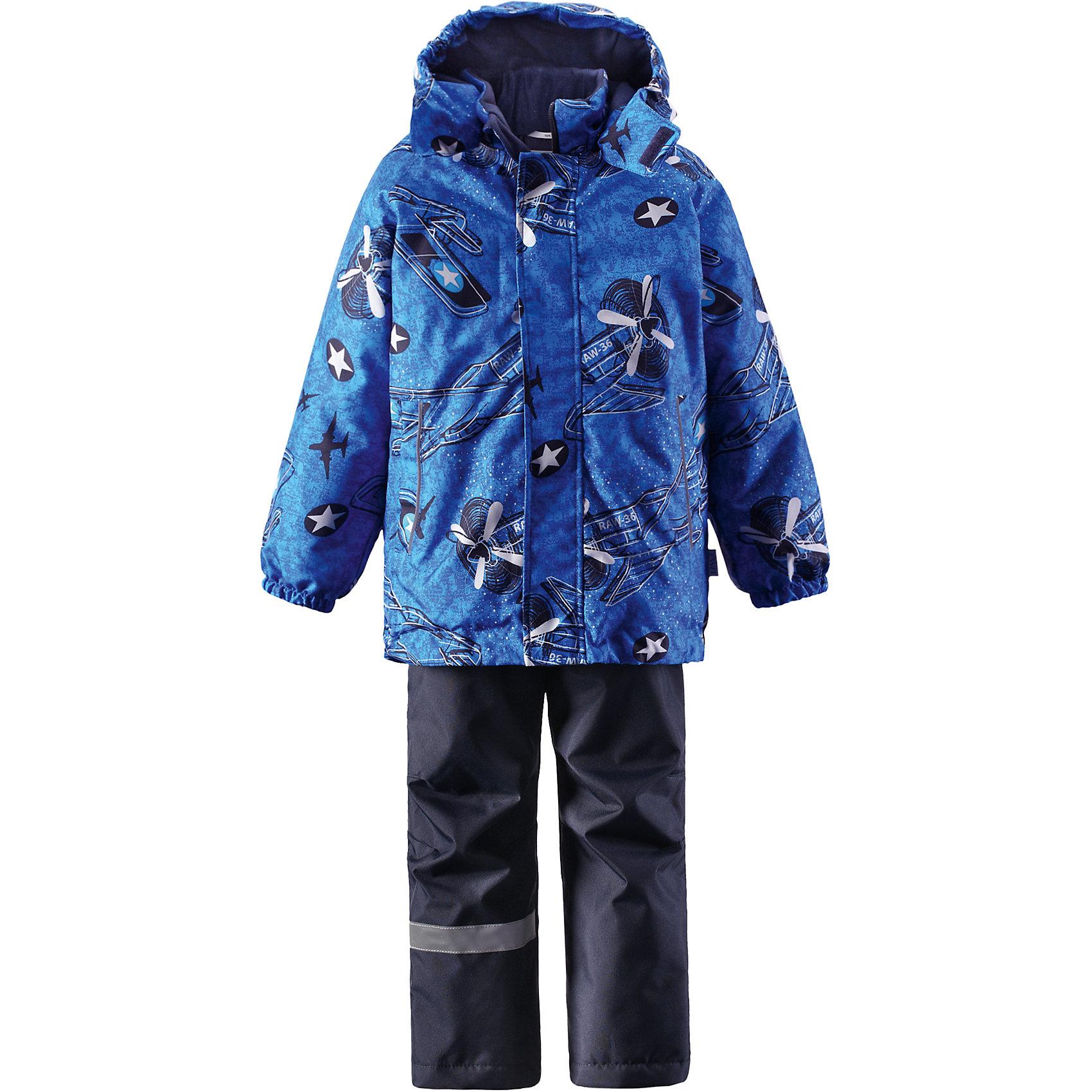Комплект для мальчика LASSIEОдежда<br>Зимний комплект для детей известной финской марки.<br><br>-  Прочный материал. Водоотталкивающий, ветронепроницаемый, «дышащий» и грязеотталкивающий материал.<br>-  Задний серединный шов брюк проклеен.<br>-  Гладкая подкладка из полиэстра.<br>-  Средняя степень утепления. <br>- Безопасный, съемный капюшон.<br>-  Эластичные манжеты. Эластичная талия. <br>- Регулируемый подол. Снегозащитные манжеты на штанинах. <br>- Ширинка на молнии. Карманы в боковых швах.<br>-  Регулируемые и отстегивающиеся эластичные подтяжки.<br>-  Принт по всей поверхности. <br><br> Рекомендации по уходу: Стирать по отдельности, вывернув наизнанку. Застегнуть молнии и липучки. Соблюдать температуру в соответствии с руководством по уходу. Стирать моющим средством, не содержащим отбеливающие вещества. Полоскать без специального средства. Сушение в сушильном шкафу разрешено при  низкой температуре.<br><br>Состав: 100% Полиамид, полиуретановое покрытие.  Утеплитель «Lassie wadding» 100гр.(брюки); 180гр.(куртка).<br><br>Ширина мм: 190<br>Глубина мм: 74<br>Высота мм: 229<br>Вес г: 236<br>Цвет: синий<br>Возраст от месяцев: 18<br>Возраст до месяцев: 24<br>Пол: Мужской<br>Возраст: Детский<br>Размер: 92,140,98,104,110,116,122,128,134<br>SKU: 4782208