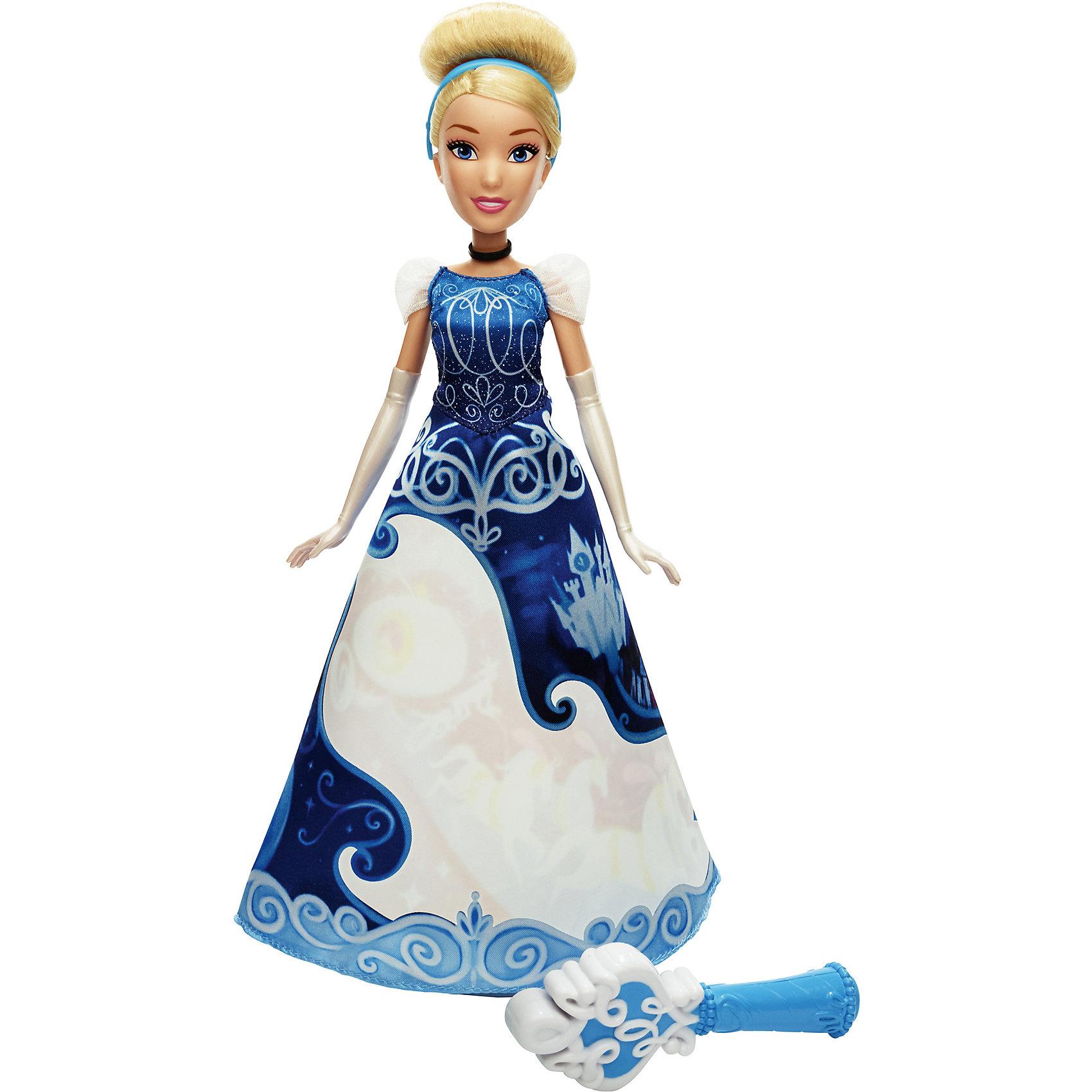 Модная кукла Золушка в юбке с проявляющимся принтом, Принцессы ДиснейИгрушки<br>Модная кукла Принцесса в юбке с проявляющимся принтом, Принцессы Дисней (Disney Princess), станет прекрасным подарком для всех маленьких поклонниц диснеевских сказок. В комплект входит кукла в удивительной юбке с проявляющимися принтом и сосуд для воды. В ассортименте представлены 3 куклы: Рапунцель, Золушка и Мерида. Каждая принцесса одета в роскошное бальное платье, большую часть которого занимает белая область. Намочив юбку с помощью специальной емкости для воды, Вы увидите, как на ней проявляется красивый рисунок с эпизодом из сказочной истории героини. Когда юбка высохнет, узор вновь пропадет. Емкость для воды выполнена в форме характерных аксессуаров героинь - волшебная палочка у Золушки, у Рапунцель - волшебная кисть, а у Мериды - волшебный флакон.  <br><br>Дополнительная информация:  <br><br>- В комплекте: кукла, емкость для воды. <br>- Материал: пластик, текстиль. <br>- Высота куклы: 28 см. <br>- Размер упаковки: 20,3 x 6,4 x 32,4 см. <br>- Вес: 0,301 кг.  <br><br>Модную куклу Принцесса в юбке с проявляющимся принтом, Принцессы Дисней (Disney Princess), можно купить в нашем интернет-магазине.<br><br>Ширина мм: 64<br>Глубина мм: 203<br>Высота мм: 324<br>Вес г: 301<br>Возраст от месяцев: 36<br>Возраст до месяцев: 144<br>Пол: Женский<br>Возраст: Детский<br>SKU: 4803327