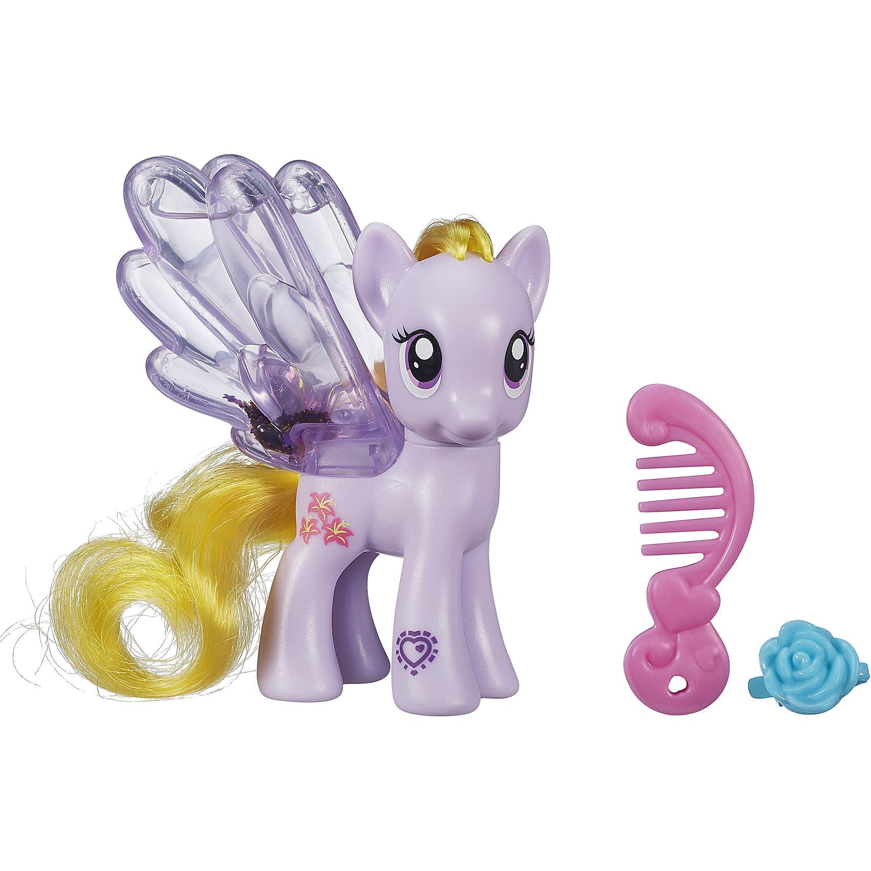Пони с блестками, My little Pony, B0357/B3221Эти маленькие красавицы порадуют всех любительниц My little Pony (Моя Маленькая Пони).  У пони прозрачные ножки, заполненные водой и блестками. Посмотри, как они блестят и переливаются. Пышную мягкую гриву лошадок можно расчесывать, создавая различные прически. Собери всех  Пони, пусть они ходят друг к другу в гости, меняются аксессуарами, дружат. Игрушка выполнена из высококачественных материалов безопасных для детей.   Дополнительная информация:  - Материал: пластик. - Размер упаковки: 17 х 13.8 х 4.4 см. - Комплектация: фигурка, расческа, заколка.   ВНИМАНИЕ! Данный артикул представлен в разных вариантах исполнения. К сожалению, заранее выбрать определенный вариант невозможно. При заказе нескольких игрушек  возможно получение одинаковых.  Пони с блестками, My little Pony ( Май Литл Пони) в ассортименте можно купить в нашем магазине.<br><br>Ширина мм: 44<br>Глубина мм: 138<br>Высота мм: 170<br>Вес г: 350<br>Возраст от месяцев: 36<br>Возраст до месяцев: 72<br>Пол: Женский<br>Возраст: Детский<br>SKU: 4803358