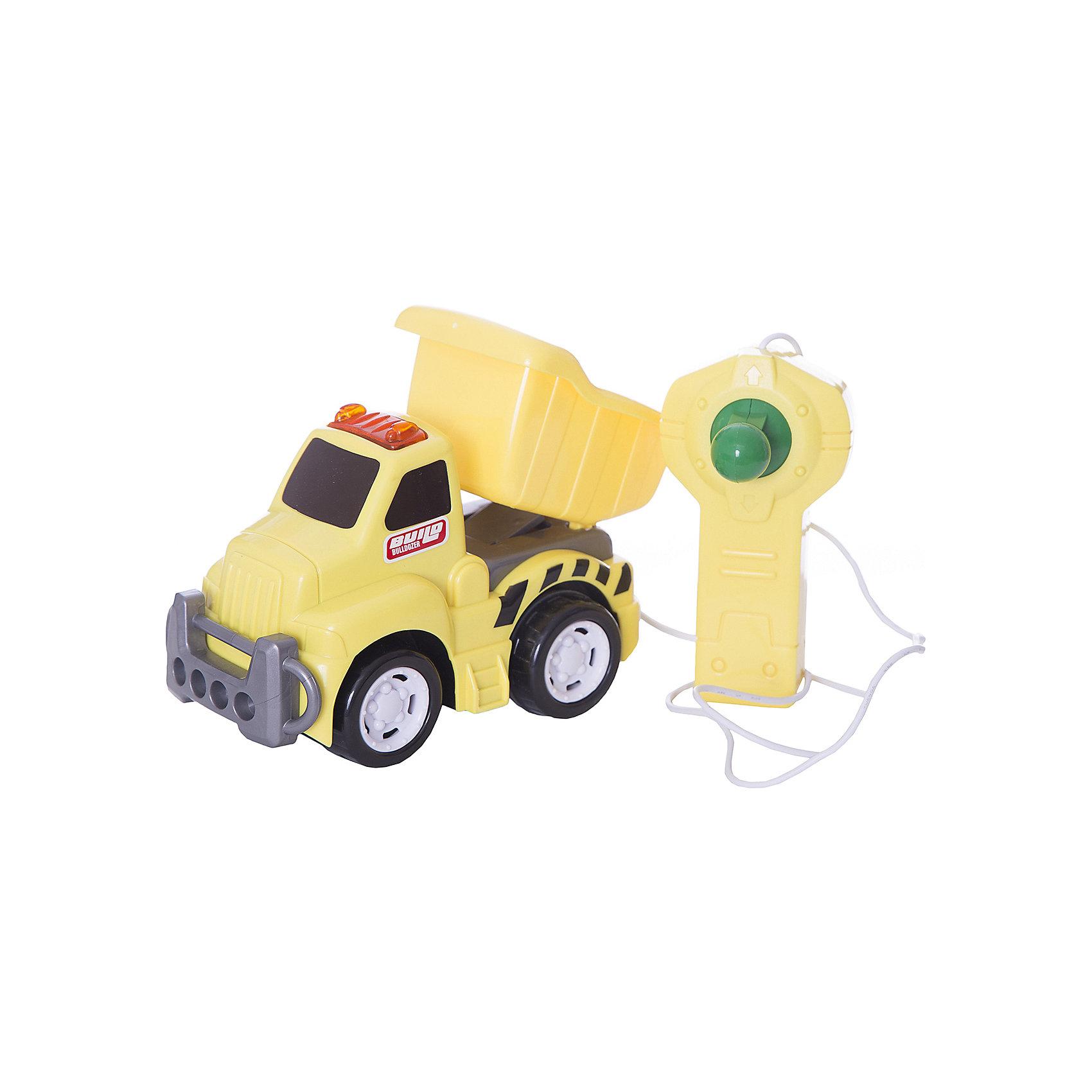 Грузовик, со светом, р/у, KeenwayРадиоуправляемый транспорт<br>Грузовик, со светом и управлением от Keenway - отличный подарок ребенку. Это красочная игрушка, которая обязательно понравится малышу. Она выполнена в виде яркой машинки, так похожей на настоящую. Управлять грузовиком можно при помощи пульта, соединенного с грузовиком проводом (длина провода - 85 см). На игрушке также загорается свет!<br>Игрушка по габаритам идеально подходит для маленьких ручек малыша. Весит совсем немного. Такие игрушки помогают развить мелкую моторику, логическое мышление и воображение ребенка. Эта игрушка выполнена из высококачественного прочного пластика, безопасного для детей.<br>  <br>Дополнительная информация:<br><br>цвет: разноцветный;<br>материал: пластик;<br>размер упаковки: 28.6 х 15.2 х 10.8  см;<br>батарейки: 2ХхАА, в комплекте;<br>вес: 719 г.<br><br>Грузовик, со светом, р/у, от компании Keenway можно купить в нашем магазине.<br><br>Ширина мм: 88<br>Глубина мм: 381<br>Высота мм: 203<br>Вес г: 719<br>Возраст от месяцев: 36<br>Возраст до месяцев: 120<br>Пол: Мужской<br>Возраст: Детский<br>SKU: 4810963