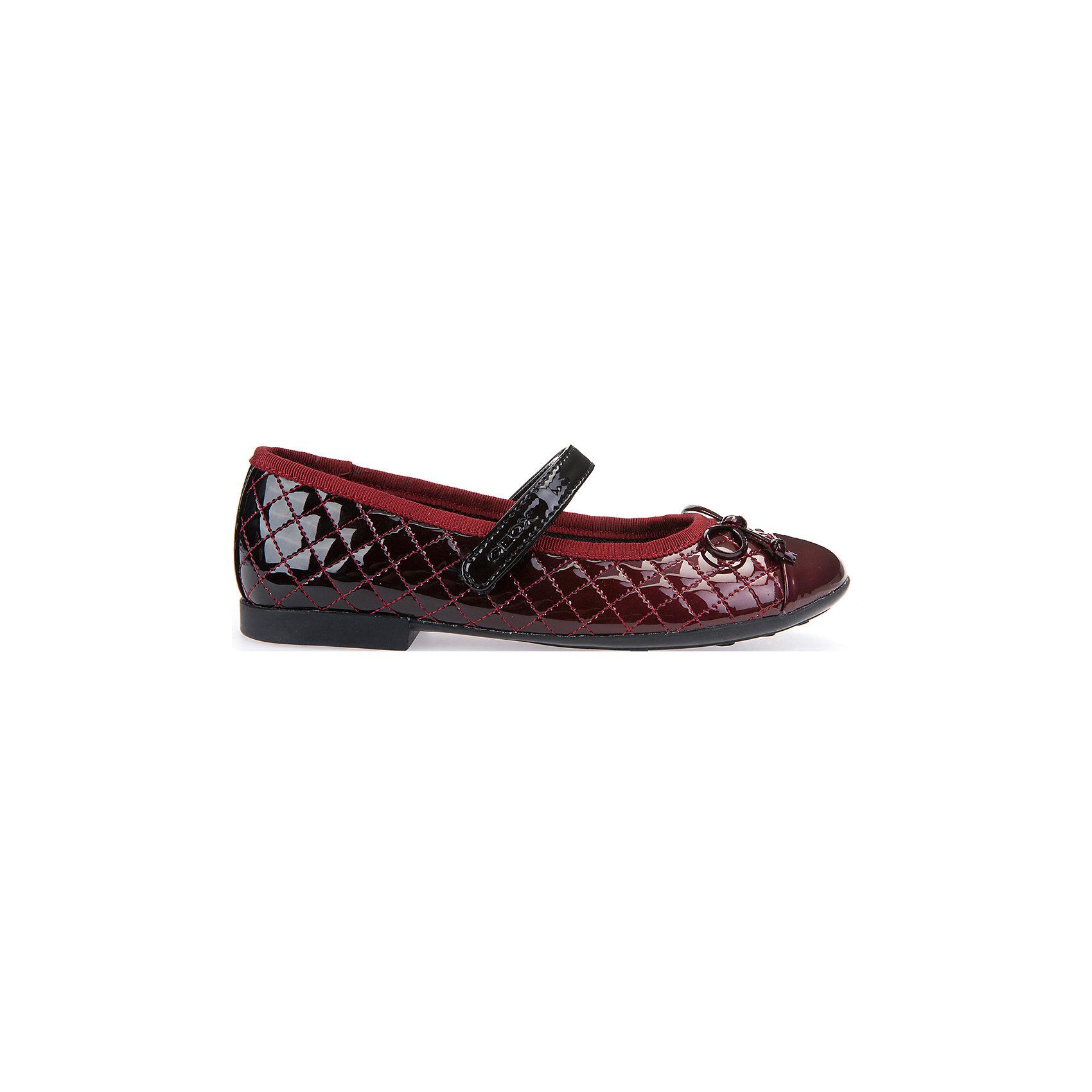 Туфли для девочки GEOXОбувь<br>Туфли для девочки GEOX (ГЕОКС)<br>Туфли для девочки от GEOX (ГЕОКС) представляют собой балетки с небольшим каблучком и круглым носиком. На носке имеется декоративный бант. Модель выполнена из материалов высокого качества: верхняя часть из искусственной лаковой кожи, внутренняя часть из текстиля, стелька из натуральной кожи, подошва из резины. Обувь имеет анатомически правильную форму, низкий каблук и гнущуюся подошву, которые способствуют правильному формированию стопы и служат профилактикой плоскостопия. Застежка выполнена на липучке.<br><br>Дополнительная информация:<br><br>- Цвет: красный<br>- Материал верха: искусственная лаковая кожа<br>- Внутренний материал: текстиль<br>- Материал стельки: натуральная кожа<br>- Материал подошвы: резина<br>- Тип застежки: липучка<br>- Детали обуви: бант, лакированные, стеганые<br>- Материалы и продукция прошли специальную проверку T?V S?D, на отсутствие веществ, опасных для здоровья покупателей<br><br>Туфли для девочки GEOX (ГЕОКС) можно купить в нашем интернет-магазине.<br><br>Ширина мм: 227<br>Глубина мм: 145<br>Высота мм: 124<br>Вес г: 325<br>Цвет: красный<br>Возраст от месяцев: 60<br>Возраст до месяцев: 72<br>Пол: Женский<br>Возраст: Детский<br>Размер: 29,31,36,28,30,34,35,27,33,38,37,32<br>SKU: 4812230