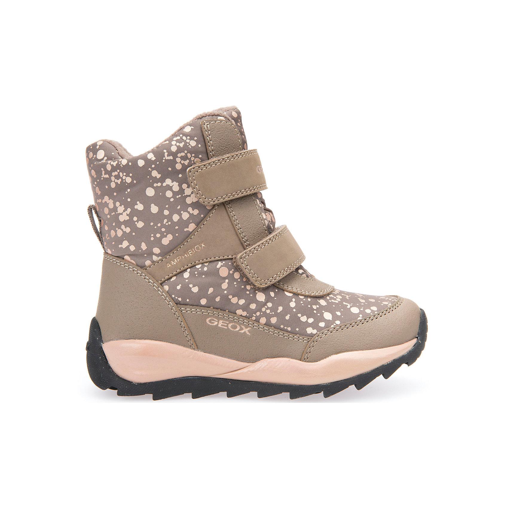 Ботинки для девочки GeoxБотинки<br>Полусапожки для девочки GEOX (ГЕОКС)<br>Полусапожки для девочки от GEOX (ГЕОКС) идеально подходят для холодной погоды. Они выполнены из сочетания искусственной кожи и текстиля, имеют плотную мягкую подкладку из искусственного меха, которая согревает чувствительные детские ноги. Термоизоляционная «дышащая» стелька с алюминиевым слоем улучшается тепловое сопротивление в холодных условиях, повышая температуру внутри обуви. Влага не застаивается в обуви, благодаря чему создается идеальный микроклимат, который держит ноги теплыми и сухими, и позволяет им дышать естественно. Колодка соответствует анатомическим особенностям строения детской стопы. Качественная амортизация снижает нагрузку на суставы. Запатентованная гибкая перфорированная подошва со специальной микропористой мембраной обеспечивает естественное дыхание обуви, не пропускает воду, не скользит. Модель имеет усиленный мыс и пятку. Застежки-липучки облегчают снимание и надевание обуви и надежно фиксируют ее на ногах.<br><br>Дополнительная информация:<br><br>- Сезон: зима<br>- Цвет: бежевый<br>- Материал верха: искусственная кожа, текстиль<br>- Внутренний материал: искусственный мех<br>- Материал стельки: текстиль<br>- Материал подошвы: резина<br>- Тип застежки: липучки<br>- Высота голенища/задника: 12 см.<br>- Технология Amphibiox<br>- Материалы и продукция прошли специальную проверку T?V S?D, на отсутствие веществ, опасных для здоровья покупателей<br><br>Полусапожки для девочки GEOX (ГЕОКС) можно купить в нашем интернет-магазине.<br><br>Ширина мм: 257<br>Глубина мм: 180<br>Высота мм: 130<br>Вес г: 420<br>Цвет: бежевый<br>Возраст от месяцев: 84<br>Возраст до месяцев: 96<br>Пол: Женский<br>Возраст: Детский<br>Размер: 31,30,28,27,26,29<br>SKU: 4812503