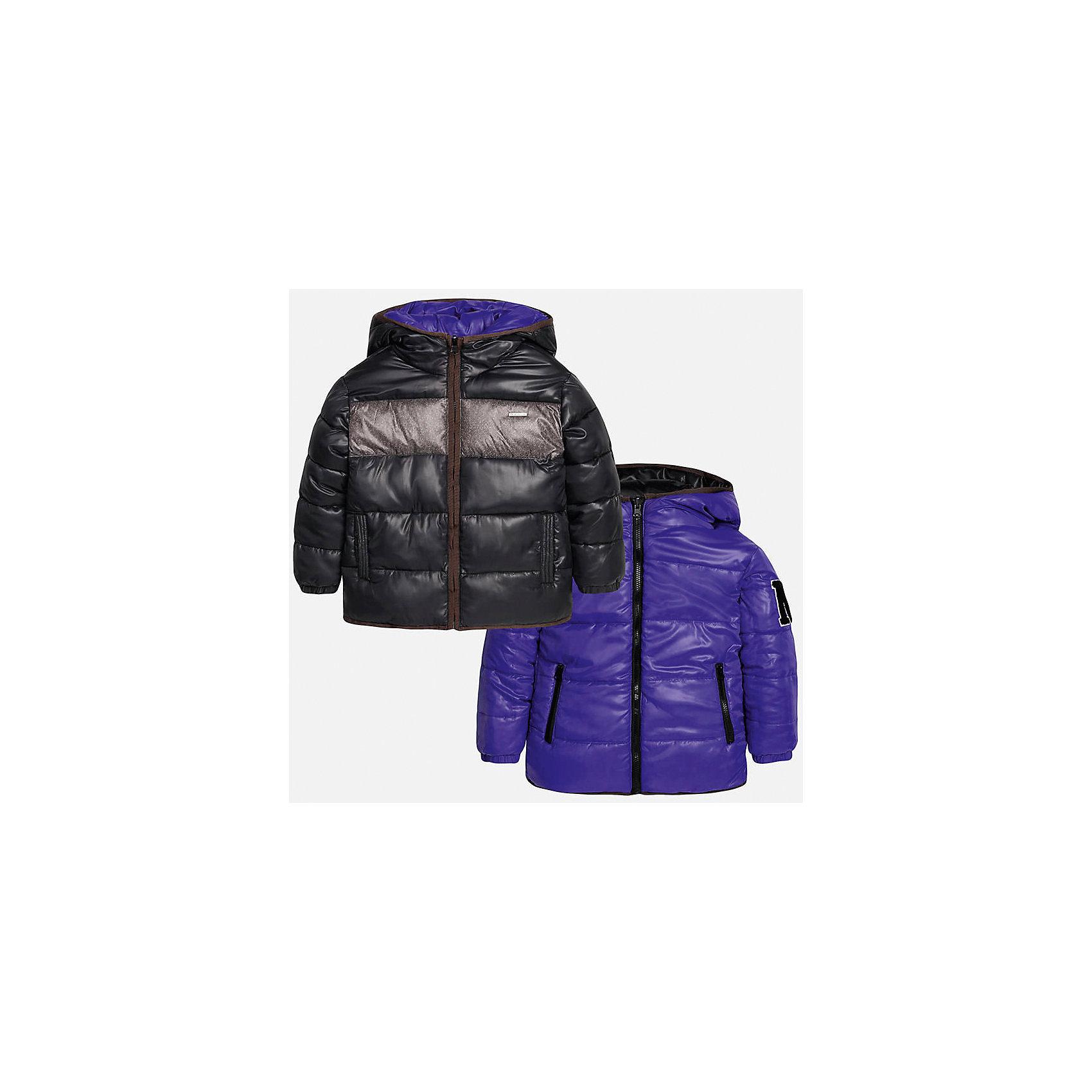 Куртка-трансформер для мальчика MayoralВерхняя одежда<br>Куртка-трансформер для мальчика из коллекции осень-зима 2016-2017 известного испанского бренда Mayoral (Майорал). Стильная и удобная куртка сразу в двух цветах придет по вкусу вашему ребенку. Яркий фиолетовый цвет можно сменить на классический черный с пестрой серой полосой, цвета отлично сочетаются с дизайном куртки. Материал куртки – непромокаемая и непродуваемая плащевая ткань, в качестве утеплителя использован синтепон. Куртка застегивается на молнию, а также имеет 4 кармана (два внутренних, два внешних) и махровую нашивку с дизайном. Эта куртка отлично подойдет к брюкам, а также к джинсам или штанам спортивного стиля.<br><br>Дополнительная информация:<br><br>- Рукав: длинный<br>- Силуэт: прямой<br>- Утеплитель: синтепон<br>Состав: полиэстер 100%<br>Куртку-трансформер для мальчиков Mayoral (Майорал) можно купить в нашем интернет-магазине.<br><br>Подробнее:<br>• Для детей в возрасте: от 10 до 16 лет<br>• Номер товара: 4827163<br>Страна производитель: Китай<br><br>Ширина мм: 356<br>Глубина мм: 10<br>Высота мм: 245<br>Вес г: 519<br>Цвет: синий<br>Возраст от месяцев: 108<br>Возраст до месяцев: 120<br>Пол: Мужской<br>Возраст: Детский<br>Размер: 140/146,152/158,164/170,158/164,128/134,146/152<br>SKU: 4827162