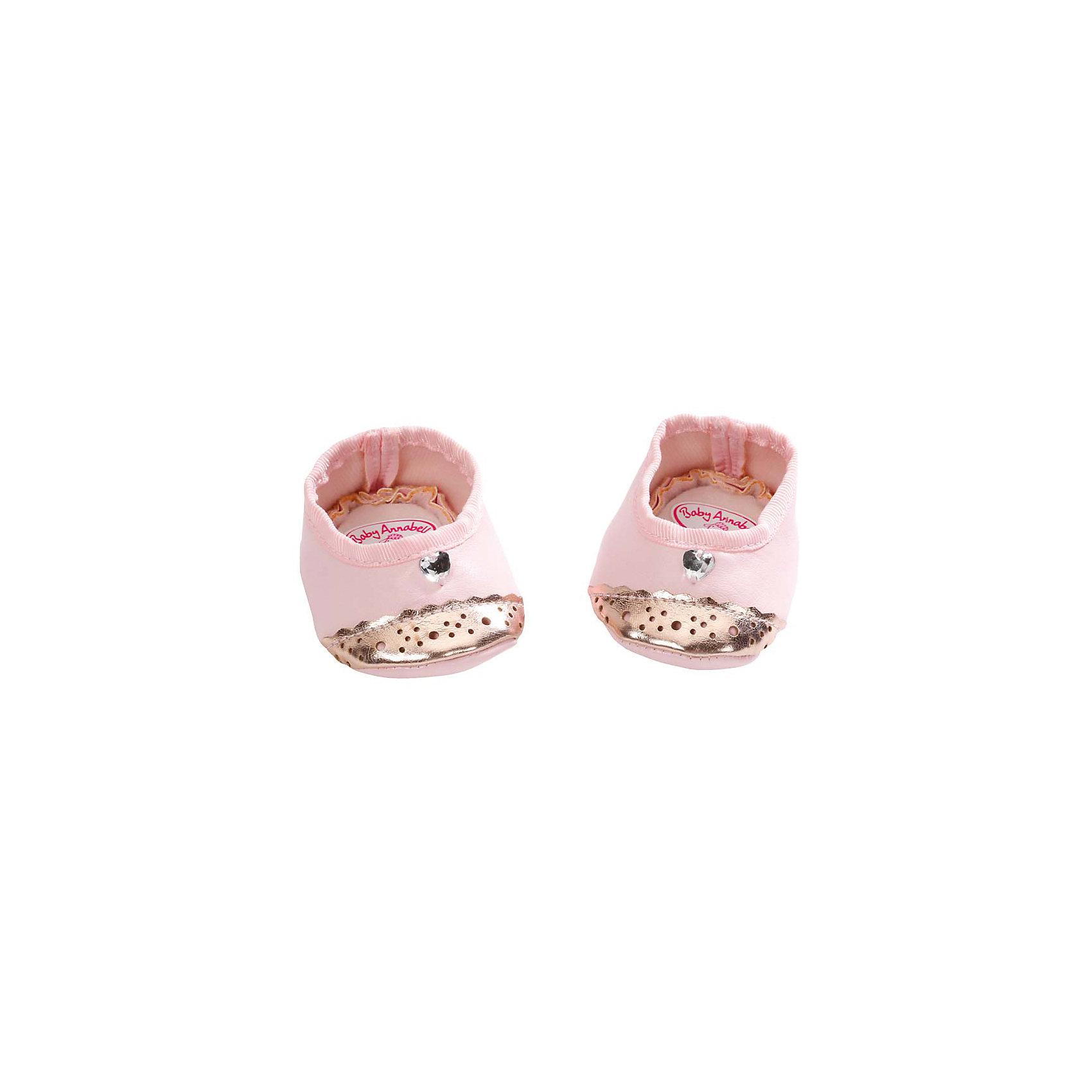 Ботиночки, Baby Annabell, розовыйБотиночки для кукол Бэби Аннабель подойдут как для кукол мальчиков, так и для кукол девочек. В дизайне использованы классические розовые тона в сочетании с зеркальным позолоченным материалом, благодаря которому ботиночки смотрятся невероятно модно! Первый комплект обуви похож на балетки - здесь, преимущественно, текстильный материал, а позолоченные вставки только на носочках - эта обувь больше подойдет для куклы-девочки. Второй комплект можно надеть и на куклу-мальчика - ботиночки более закрытые и целиком выполнены из блестящего материала; внутри, также, используется мягкая текстильная вставка.   Дополнительная информация:  - Материал: текстиль. Ботиночки, Baby Annabell (Беби Анабель), можно купить в нашем магазине.<br><br>Ширина мм: 181<br>Глубина мм: 128<br>Высота мм: 45<br>Вес г: 42<br>Возраст от месяцев: 36<br>Возраст до месяцев: 60<br>Пол: Женский<br>Возраст: Детский<br>SKU: 4829121